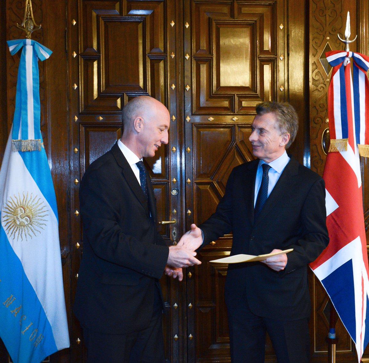 El embajador británico Mark Kent, junto a Mauricio Macri