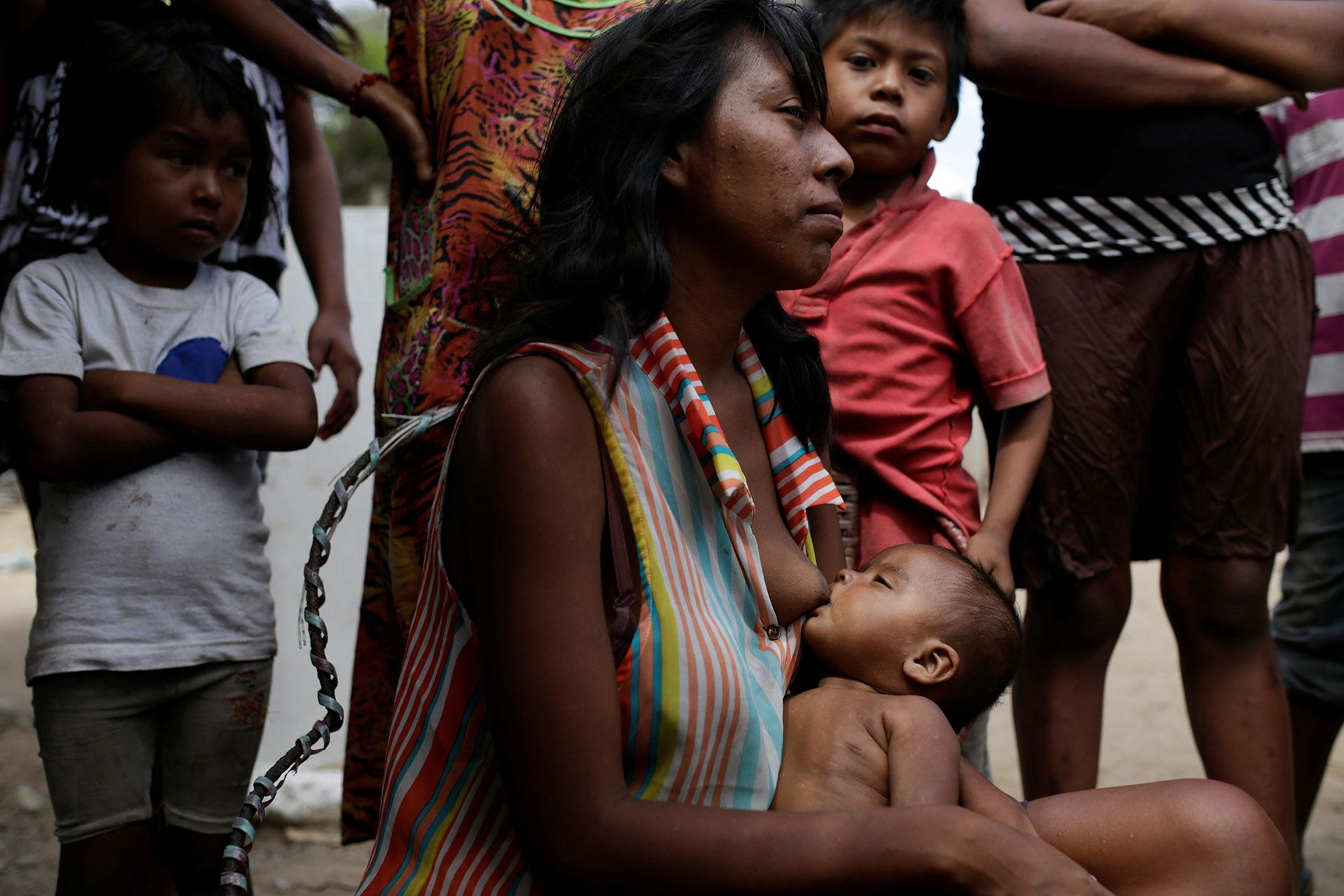 """""""A todos nos mandaron a tomar vitaminas, pero no hay. Hay que irlas a buscar a Colombia, pero a costos que no alcanzan"""" (Reuters)"""