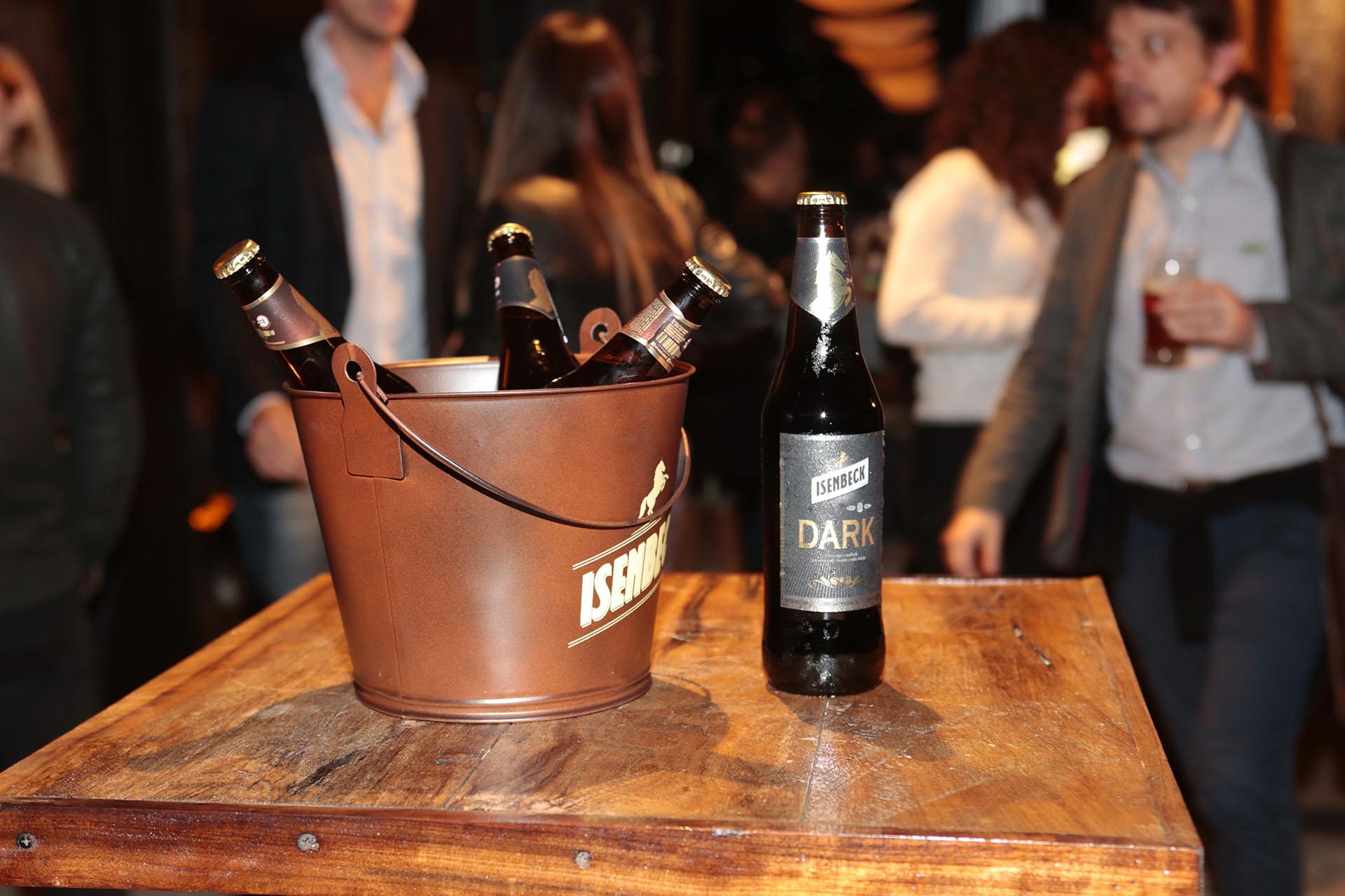 La Dark es una cerveza de estilo Bock, con un cuerpo y amargo medio, de color oscuro intenso, y en cuyo aroma se destacan notas como chocolate y café, impartidas por las maltas tostadas