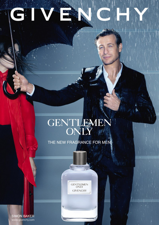 Bajo la lluvia, Simon Baker posó para la grafica de Gentlemen Only de Givenchy