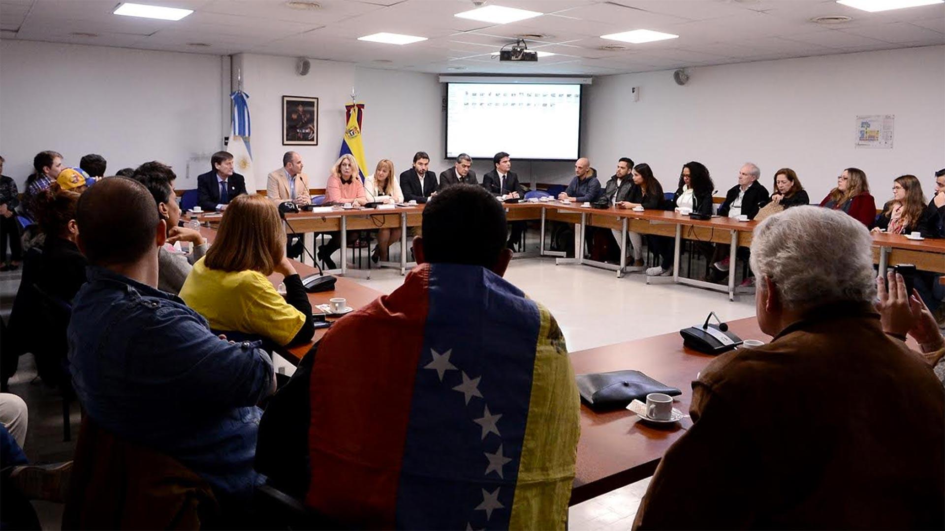 Venezolanos recientemente llegados al país y otros que forman parte de diferentes ONG estuvieron en la presentación del libro
