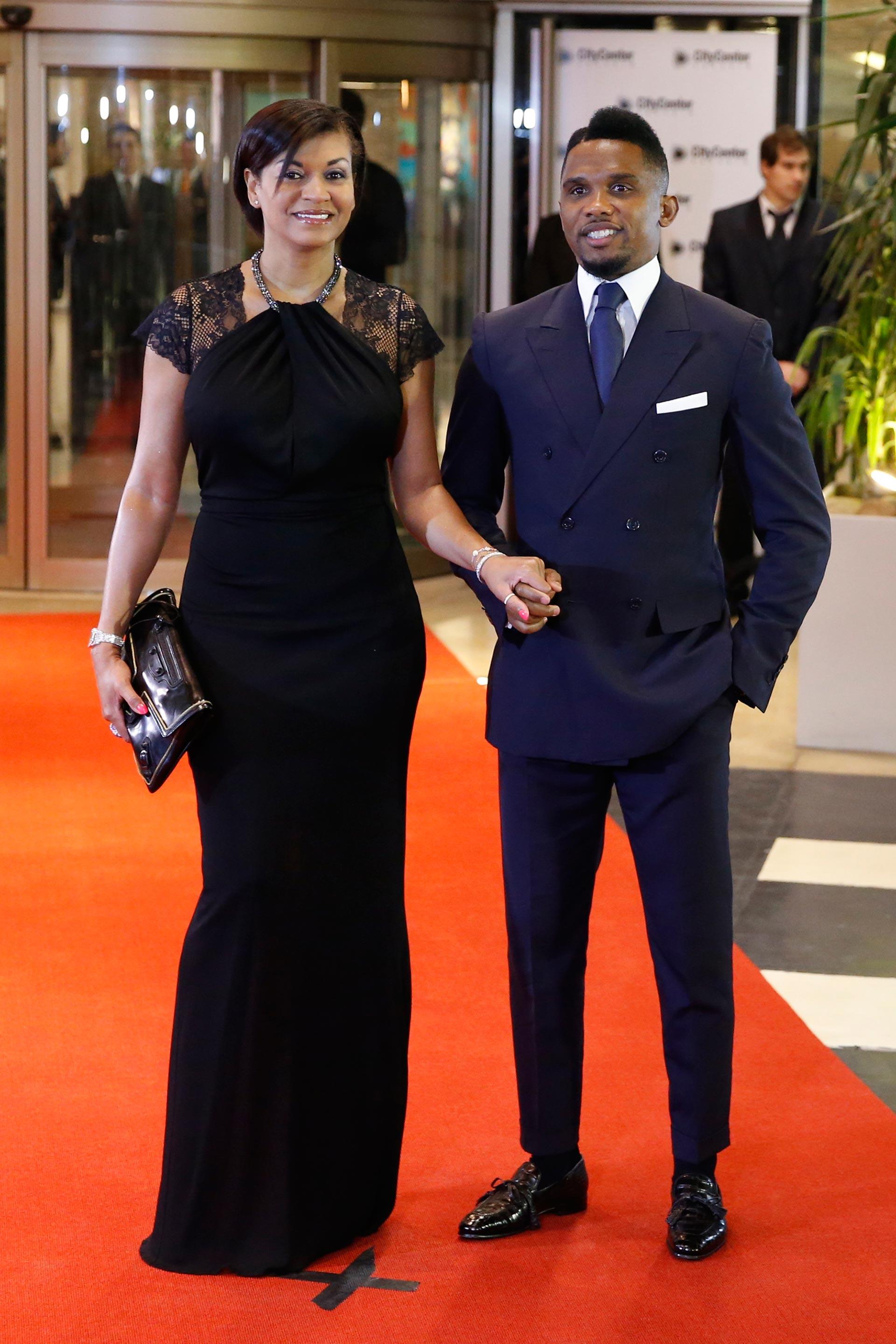 Samuel Eto'o, quien fue compañero de Messi en Barcelona, se inclinó por un traje en tono azul.Junto a su esposa, Georgette Eto'o que optó por un total black