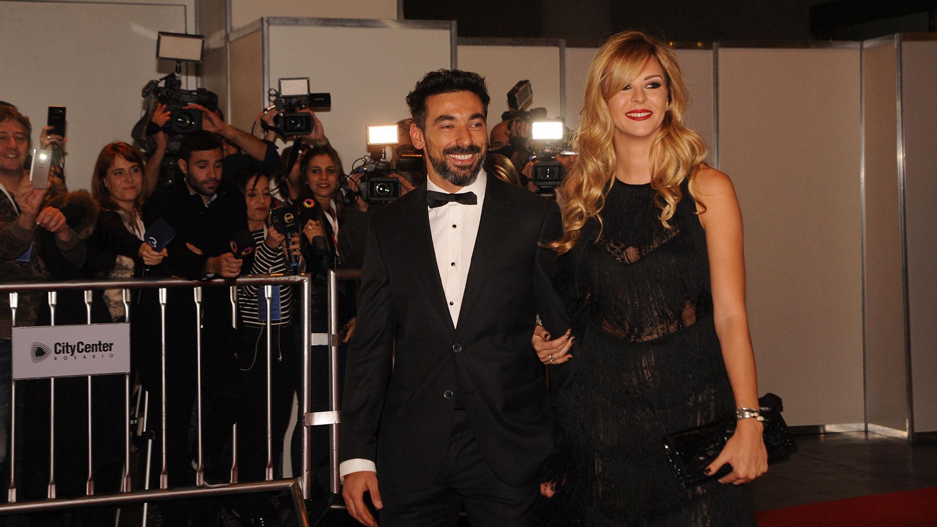 Ezequiel Lavezzi eligió un smoking y su mujer, la modelo Yanina Screpante, siguió la tendencia del color negro