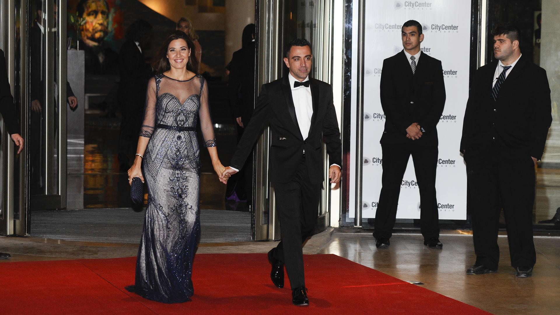 Xavi Hernández yNúria Cunillera, su esposa, se destacaron por su elegancia en la alfombra roja