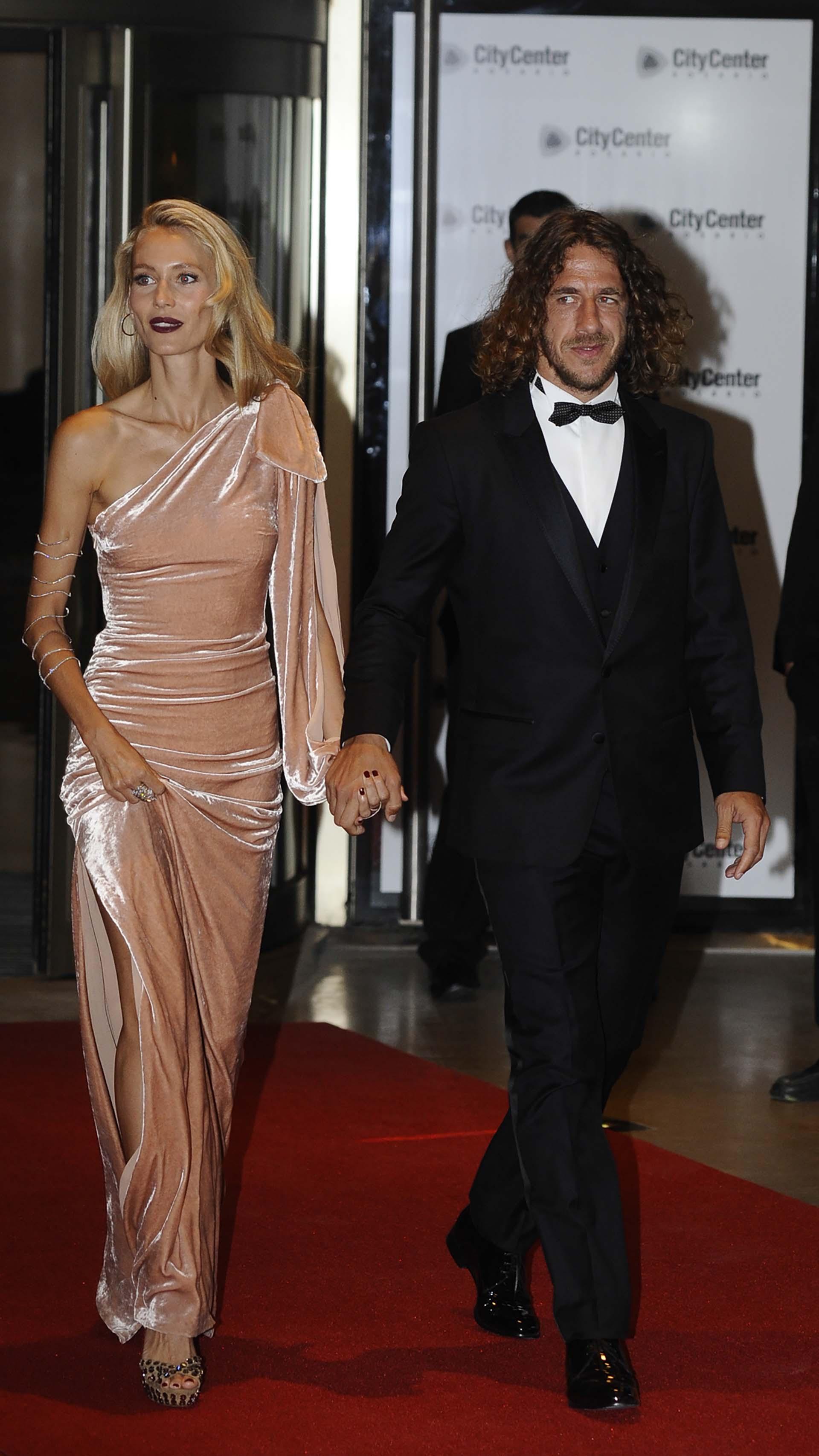 Carles Puyol, vestido con un smoking muy elegante junto a su mujer, Vanesa Lorenzo, quien mostró una pieza de alta costura en terciopelo