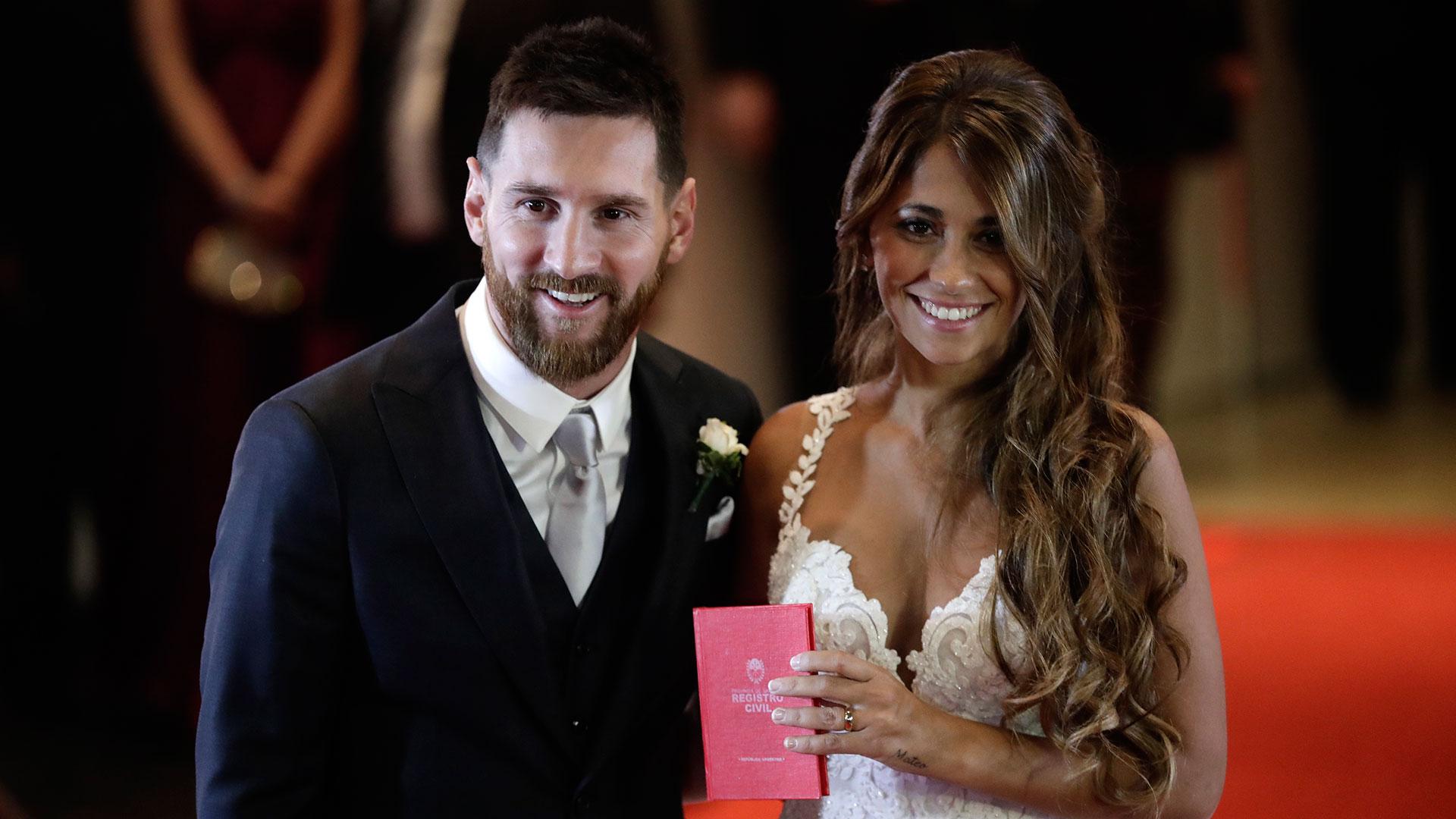 Messi eligió vestirse con un smoking azul de Armani mientras que Roccuzzo lució un vestido blancodiseñado especialmente por la catalana Rosa Clará