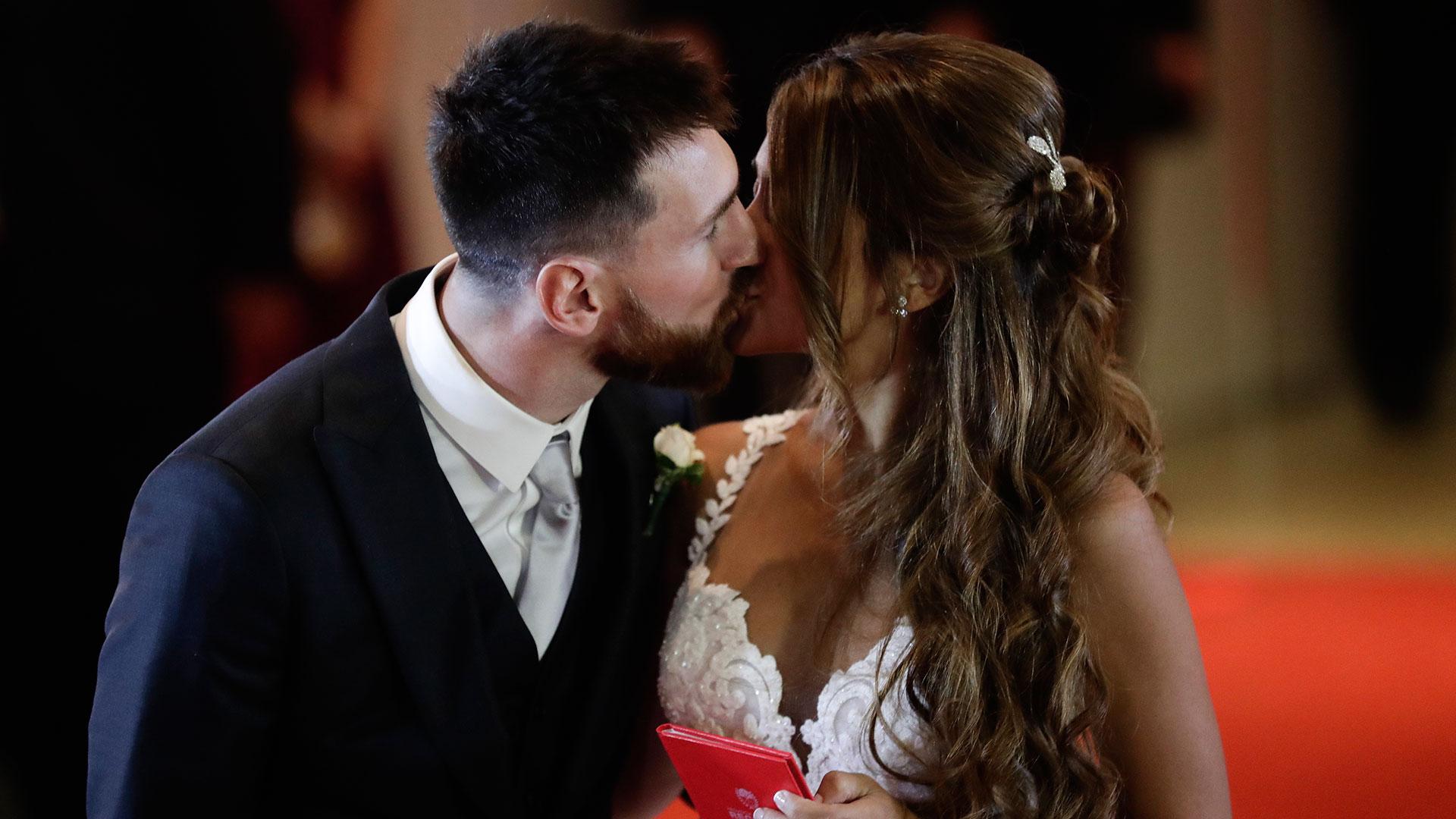 El beso de un amor cada día más grande. Messi y Roccuzzo se casaron ante la mirada de 260 invitados con el protagonismo de sus hijos, Thiago y Mateo