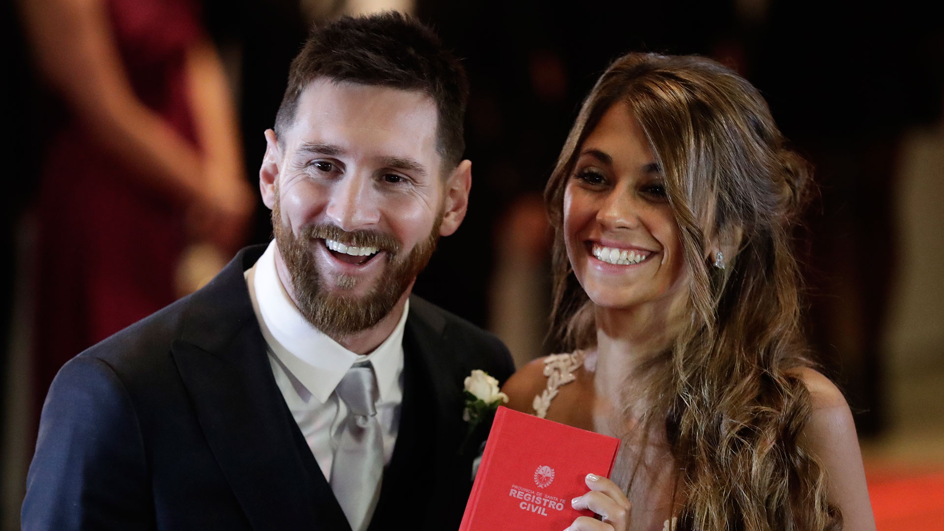 En enero de 2009 Messi reconoció en una entrevista con un programa español que tenía novia y que era argentina. No era otra que Antonela Roccuzzo, a quien conoció cuanto tenía nueveaños en la Rosario natal de ambos