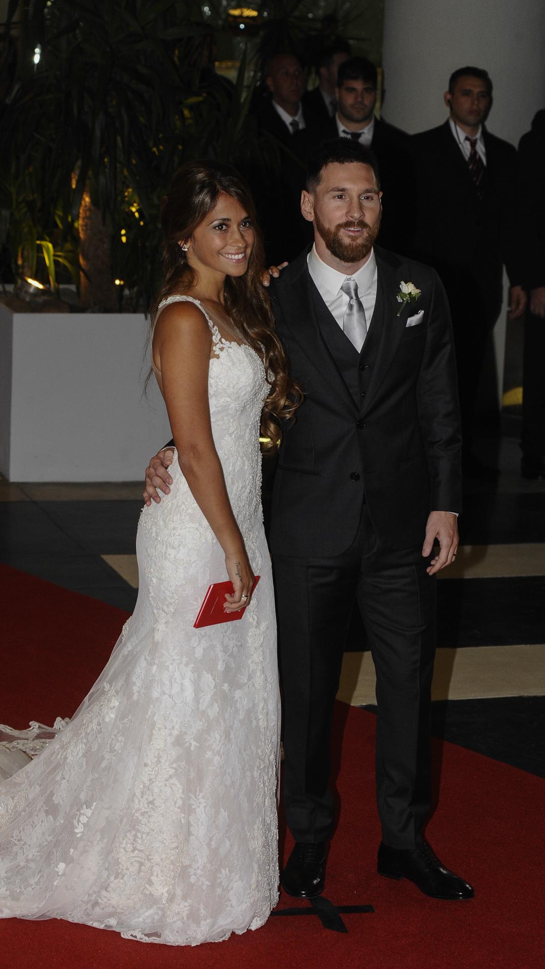 """Los novios dieron el sí y Messi sorprendió a Antonela con la presencia del cantante Abel Pintos, quien interpretó para ella uno de sus temas favoritos: """"La Llave"""""""