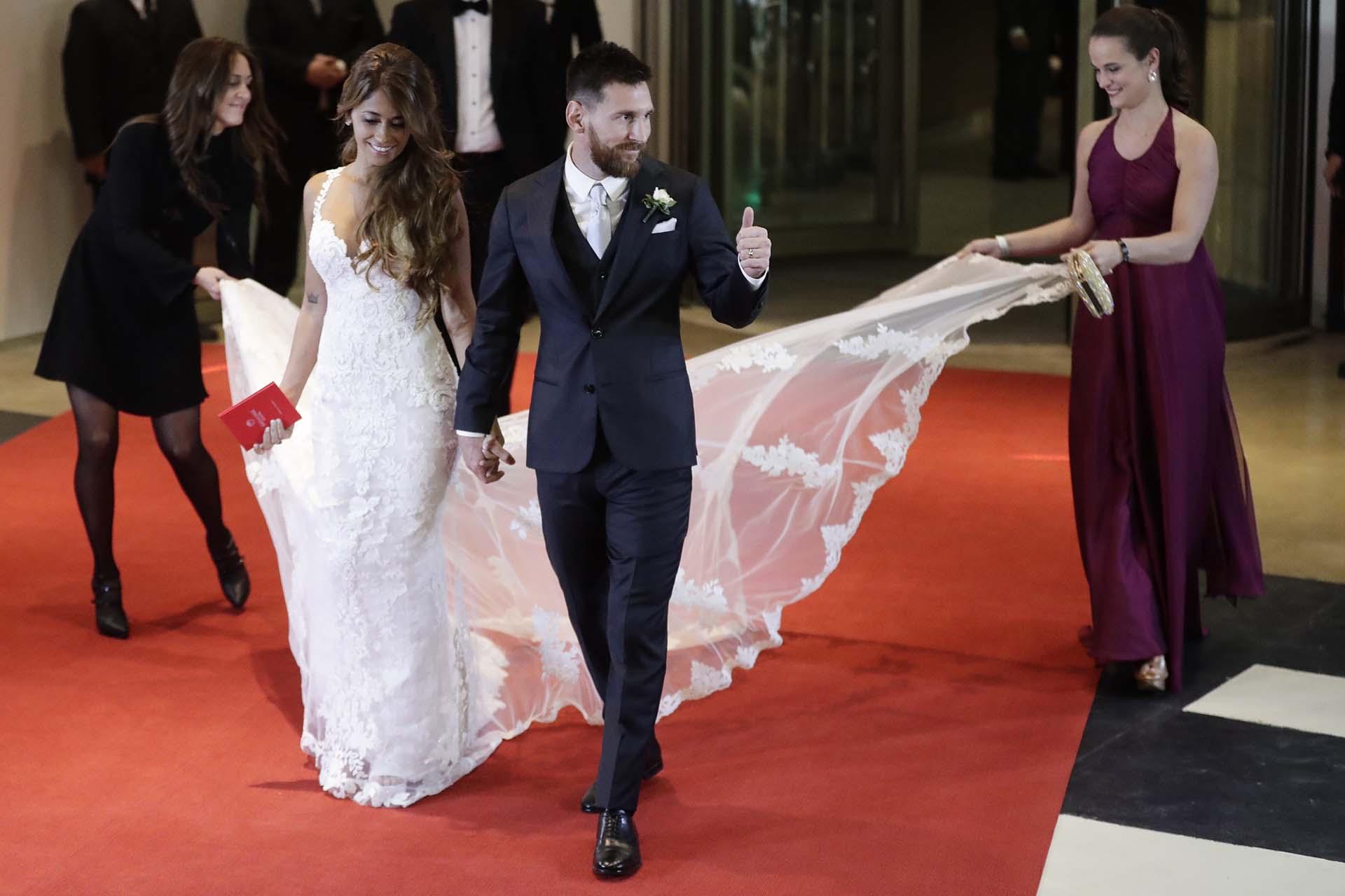 Los recién casados, Lionel Messi y Antonela Roccuzzo, salen a la alfombra roja para posar para los fotógrafos, después de dar el sí en Rosario