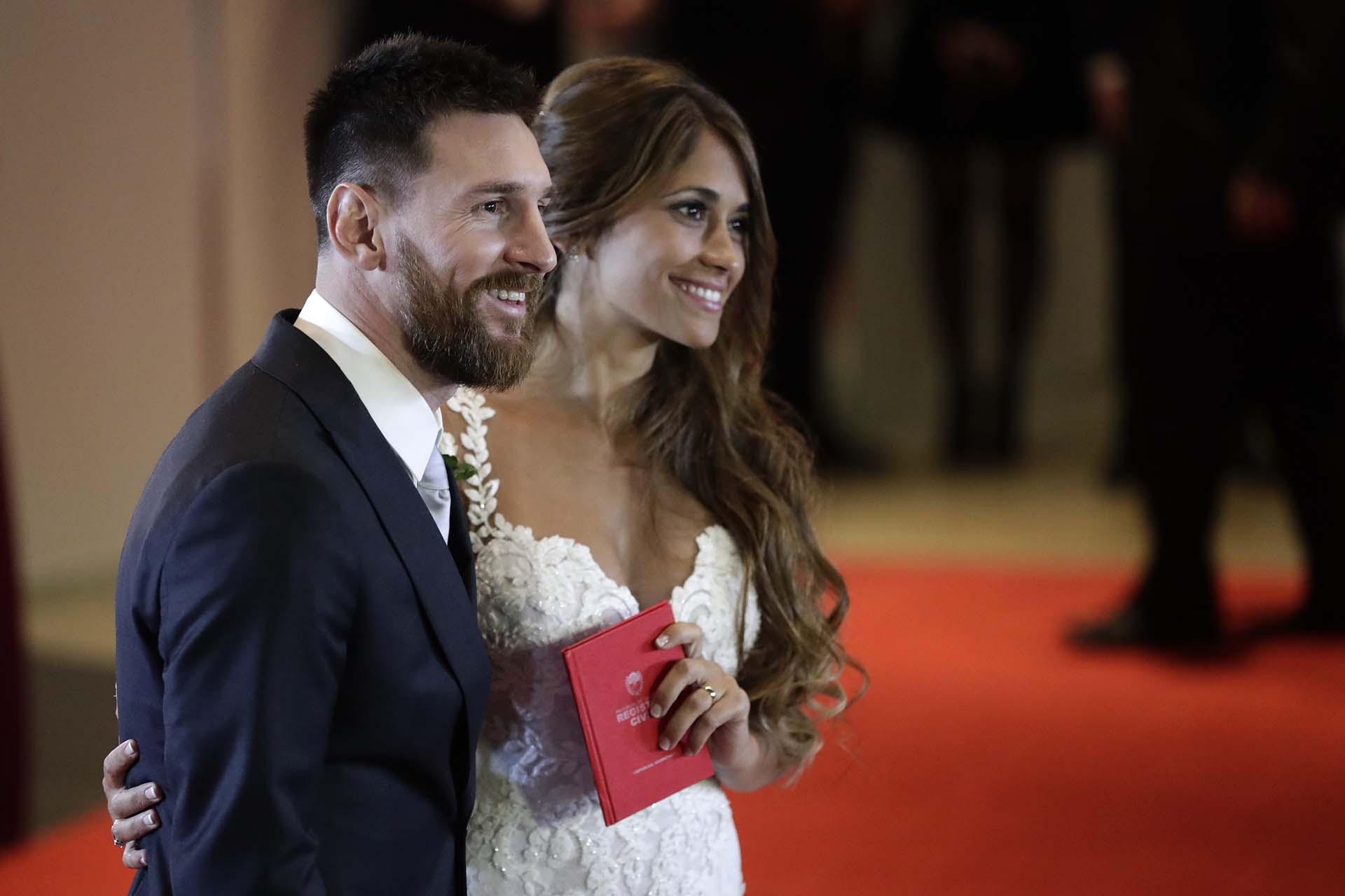 Lionel Messi y Antonela Roccuzzo posan para los fotógrafos luego de contraer matrimonio en Rosario