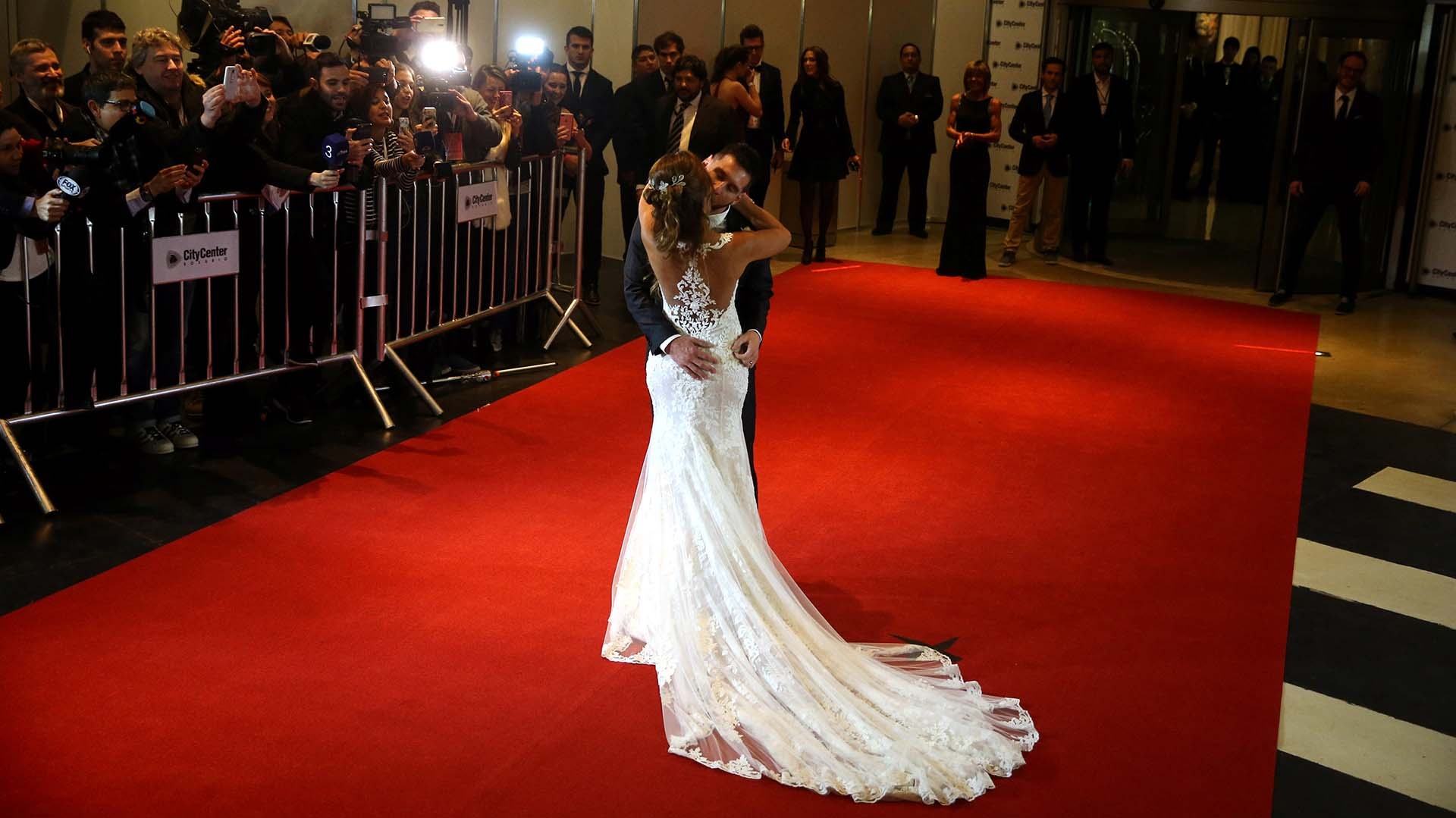 El apasionado beso de la pareja, en la alfombra roja del Hotel City Center de Rosario