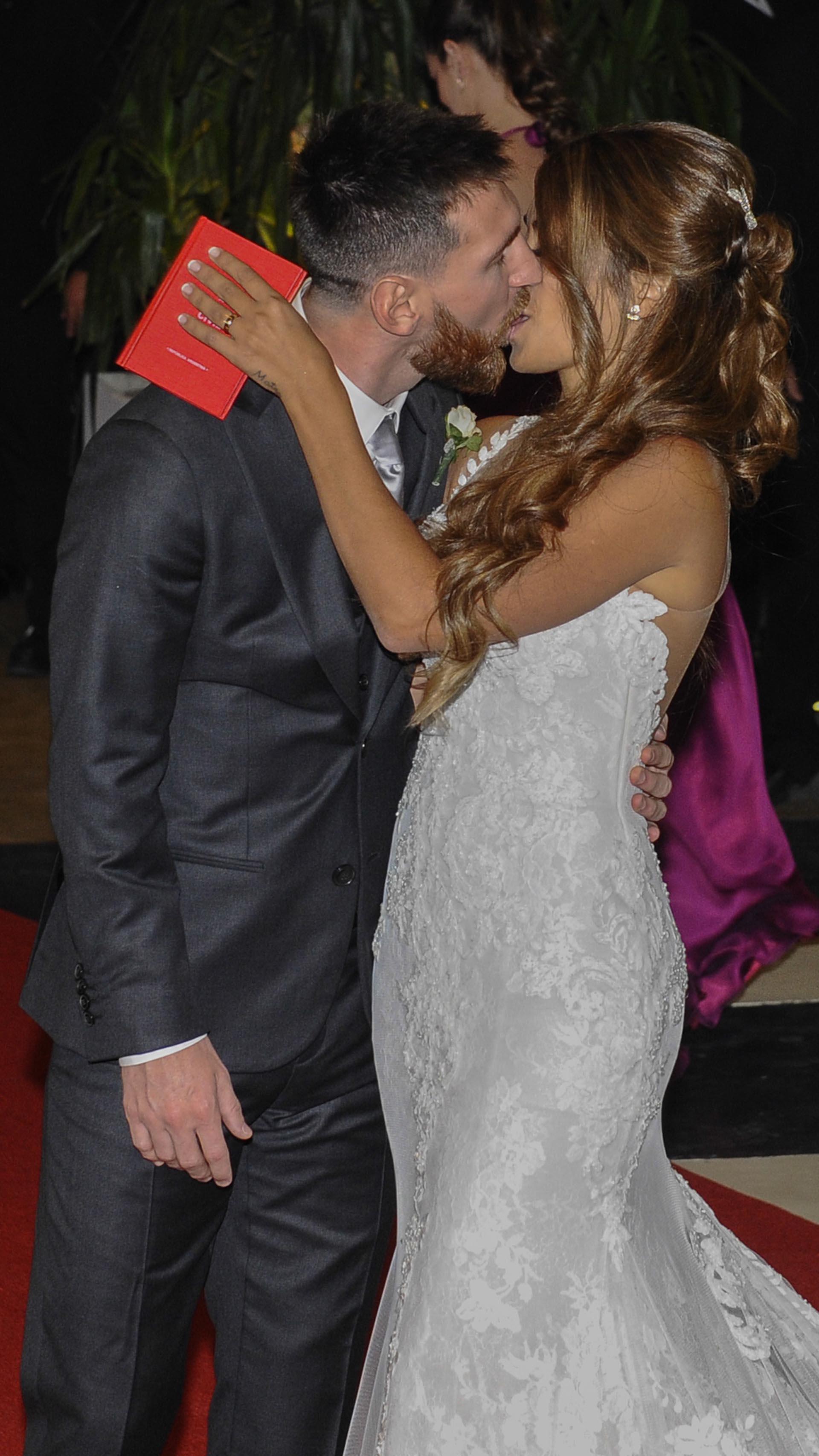 El sensual beso de Lionel Messi y Antonela Roccuzzo, ya como marido y mujer