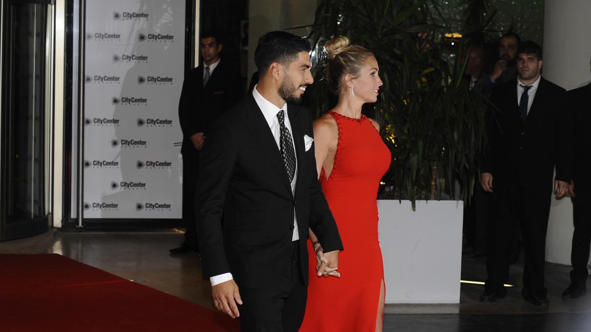 Suárez mantiene una gran relación de amistad con Messi. Balbi, por su parte, es íntima de Antonela ysuelen veranear juntos en ibiza
