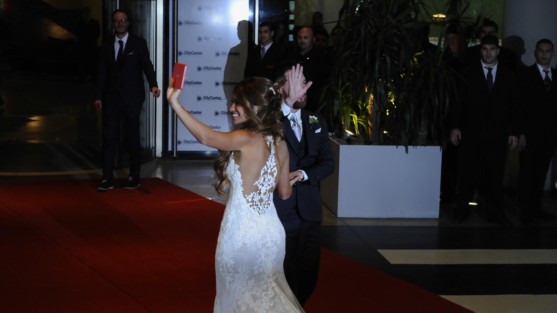 Lionel Messi y Antonela Roccuzzo saludan a la prensa en su noche más feliz