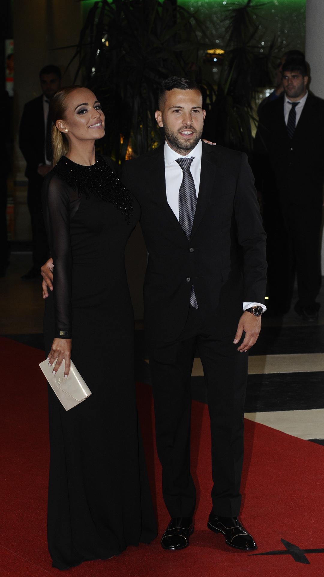 El defensor del Barcelona Jordi Alba junto a su novia,Romarey Ventura, una estudiante y modelo de Sevilla