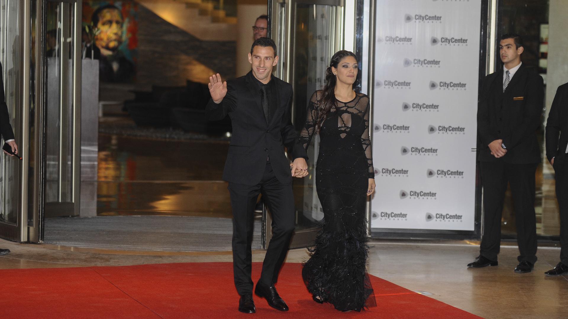 El negro fue el color más elegido de los invitados a la boda de Messi y Roccuzzo. Aquí Maxi Rodríguez y su esposatambién optaron por eltotal black