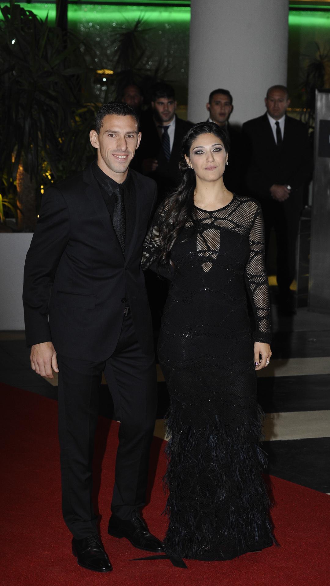 El futbolista de Newell's Maxi Rodríguez junto a su esposa, Gabriela