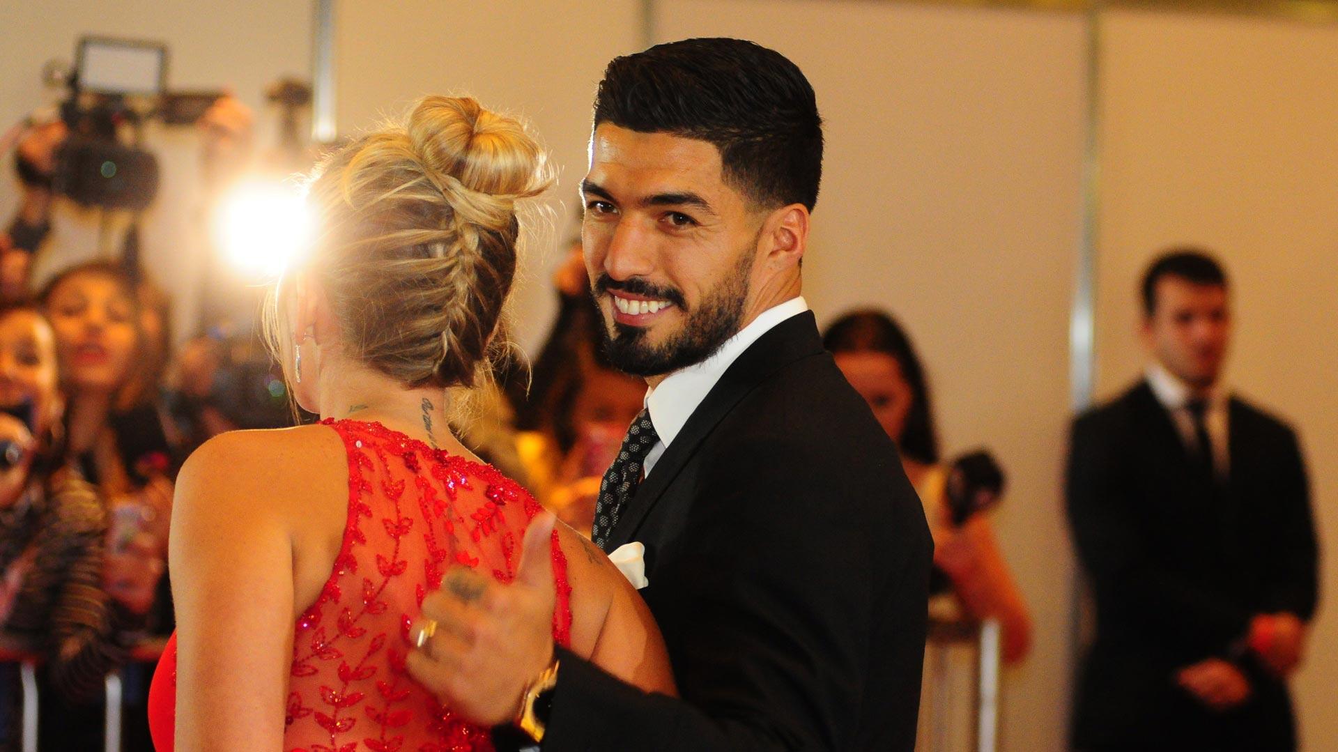 Luis Suárez saludó a la prensamientras dejó ver el detalle en el vestido de su mujer, quien lució un diseño de Rosa Clará, la misma que vistió a Antonela Roccuzzo