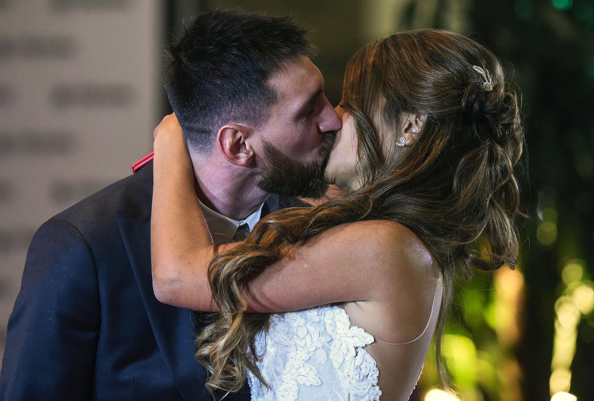 El beso que confirma un amor que atravesó los tiempos: Lionel Messi y Antonela Roccuzzo ya son marido y mujer
