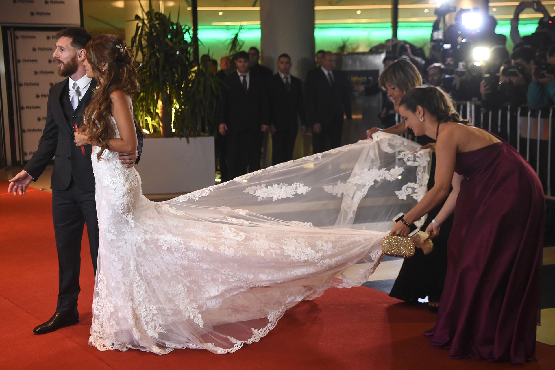 La cola del vestido de Antonela Roccuzzo se llevó todas las miradas y ocupó a las asistentes paramantenerlo siempre perfecto