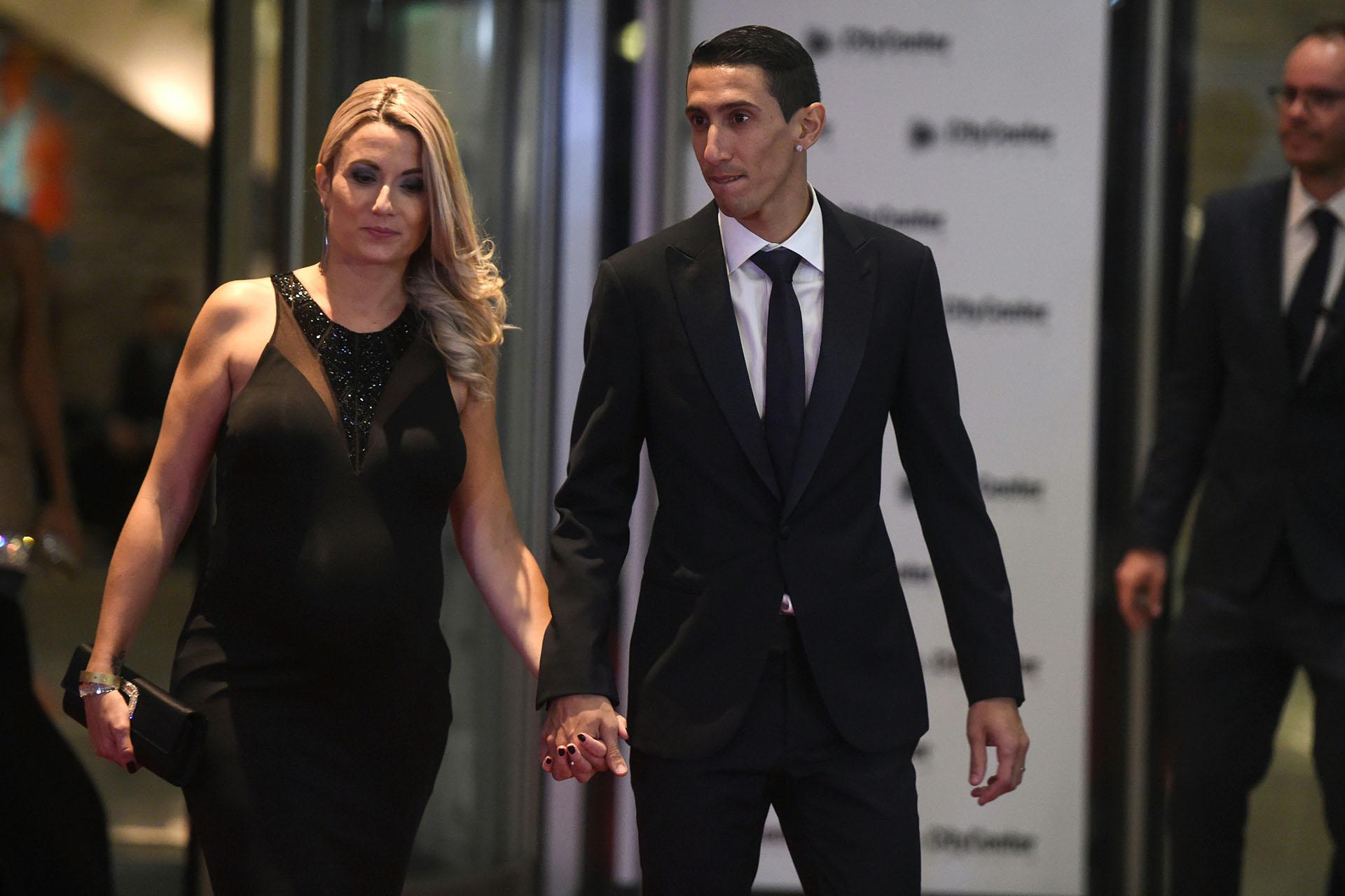 El jugador del Paris Saint Germain Ángel Di María junto a su mujer, Jorgelina Cardoso