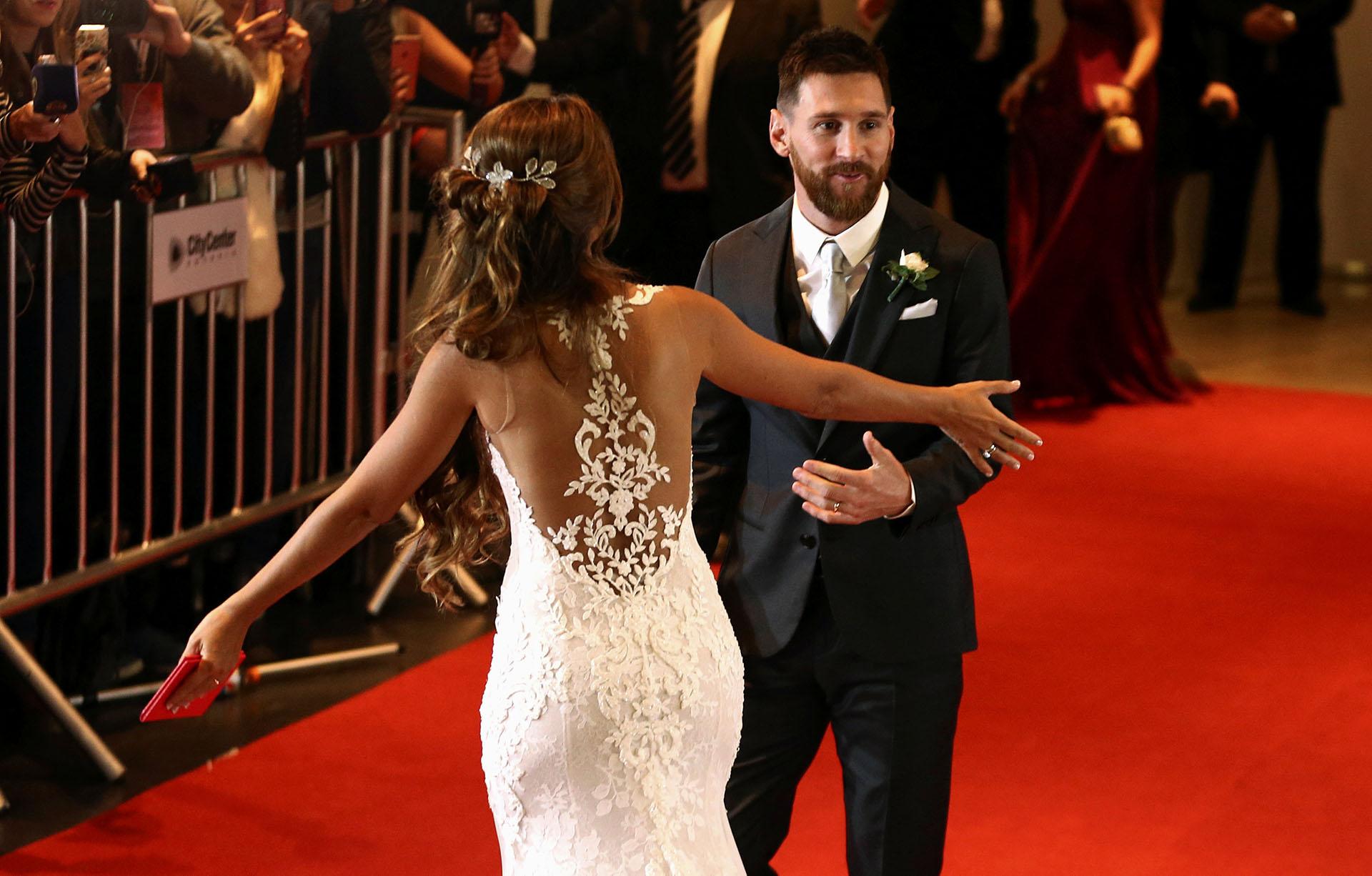 """Rosa Clará, responsable del modelo que lució Antonela Roccuzzo, dijo sobre su diseño: """"Una maravillosa espalda con aplicaciones de guipur que realzaba la figura de la novia con un sutil efecto tattoo"""""""