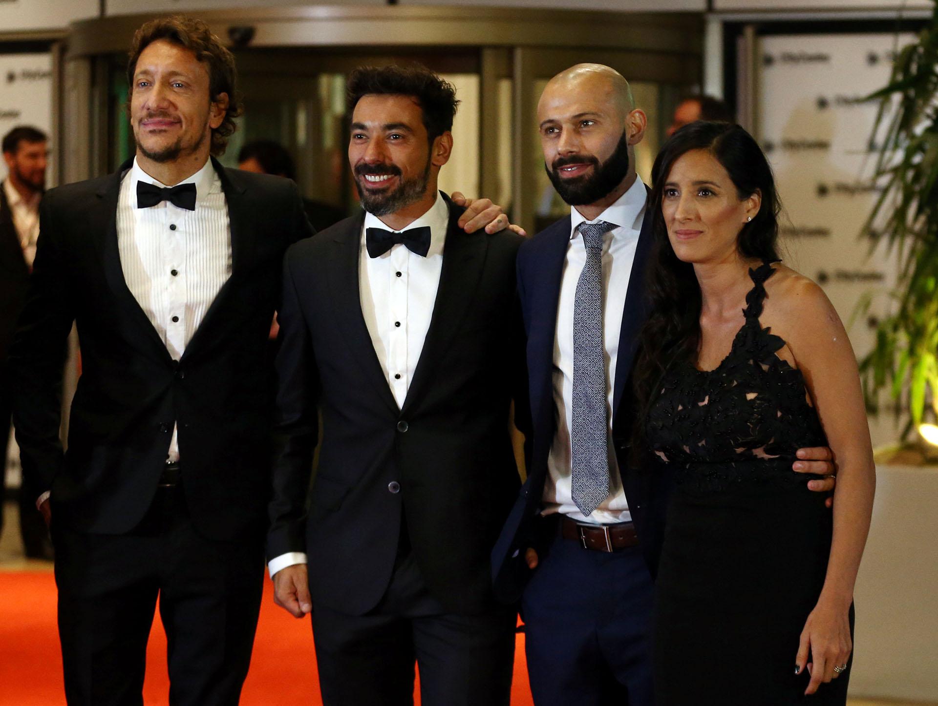 El actor Nicolas Vázquez y los jugadores Ezequiel Lavezzi y Javier Mascherano, éste junto a su esposa Fernanda
