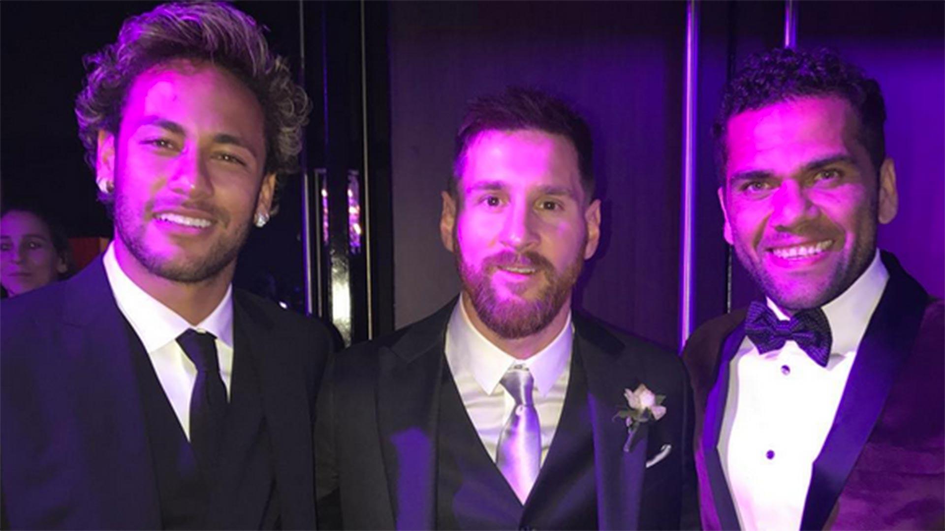 Neymar, la estrella brasileña que llegó al casamiento a minutos del inicio, sonríe junto a Lionel Messi y su compatriota Dani Alves