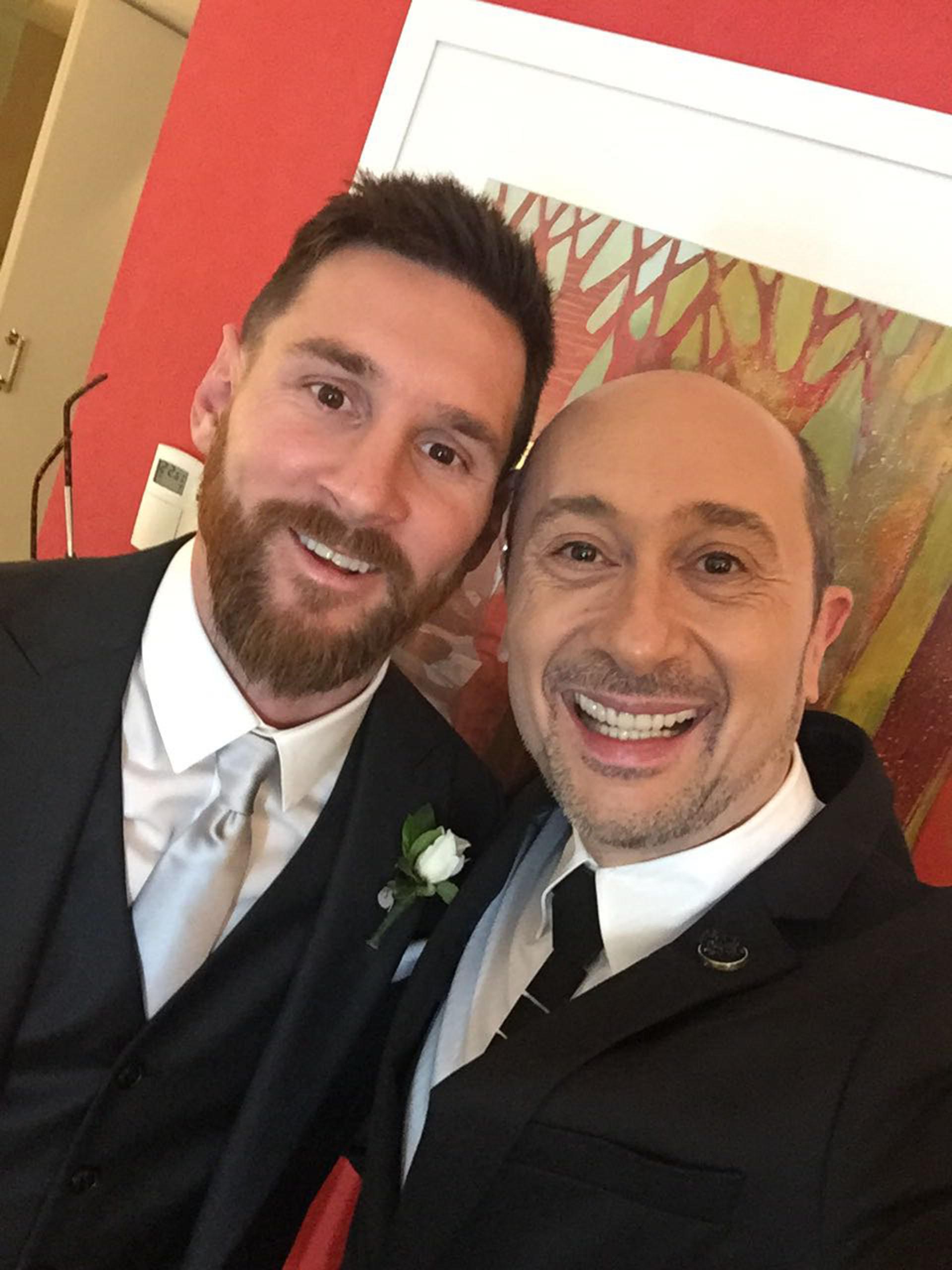 Lionel Messi junto a Claudio Cosano, el diseñador argentino que participó de la boda