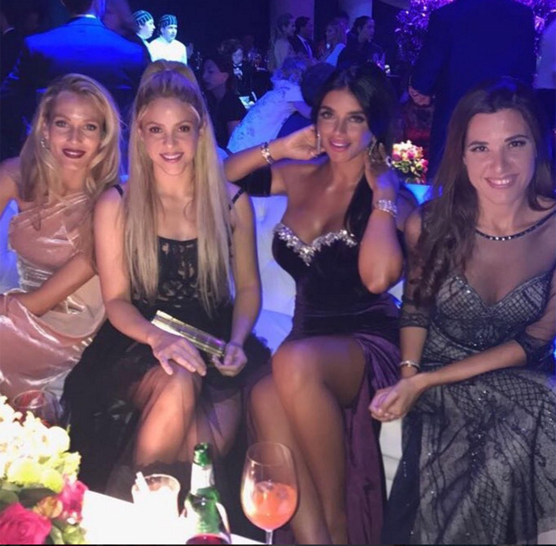 Daniella Semaan, la esposa del ex futbolista del Barcelona Cesc Fabregas, y Shakira, dos de las estrellas de la boda