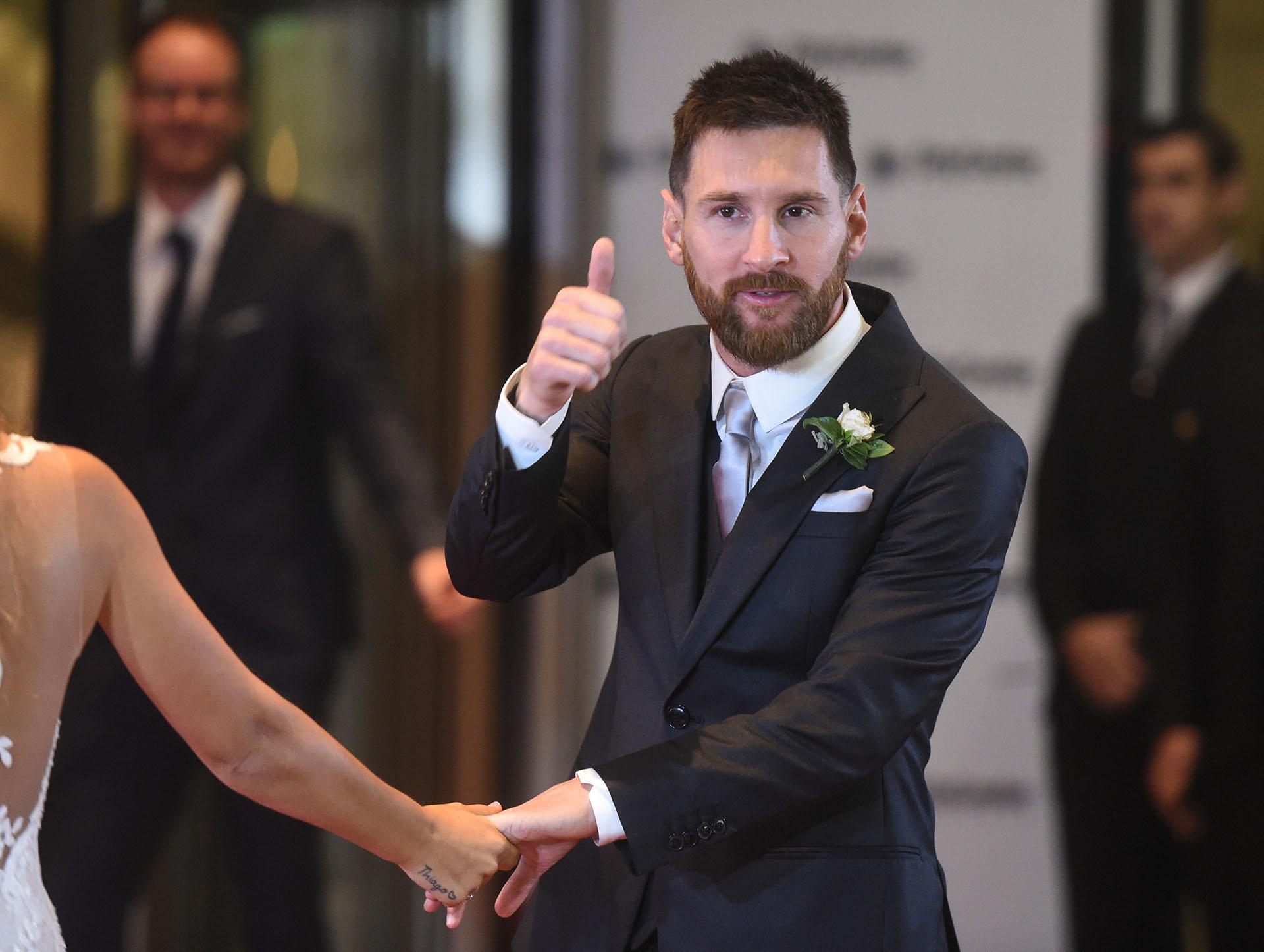 """""""Todo bien"""", levanta el pulgar y dice Messi.Para su familia """"este fue el día más importante en la vida de Lío"""""""