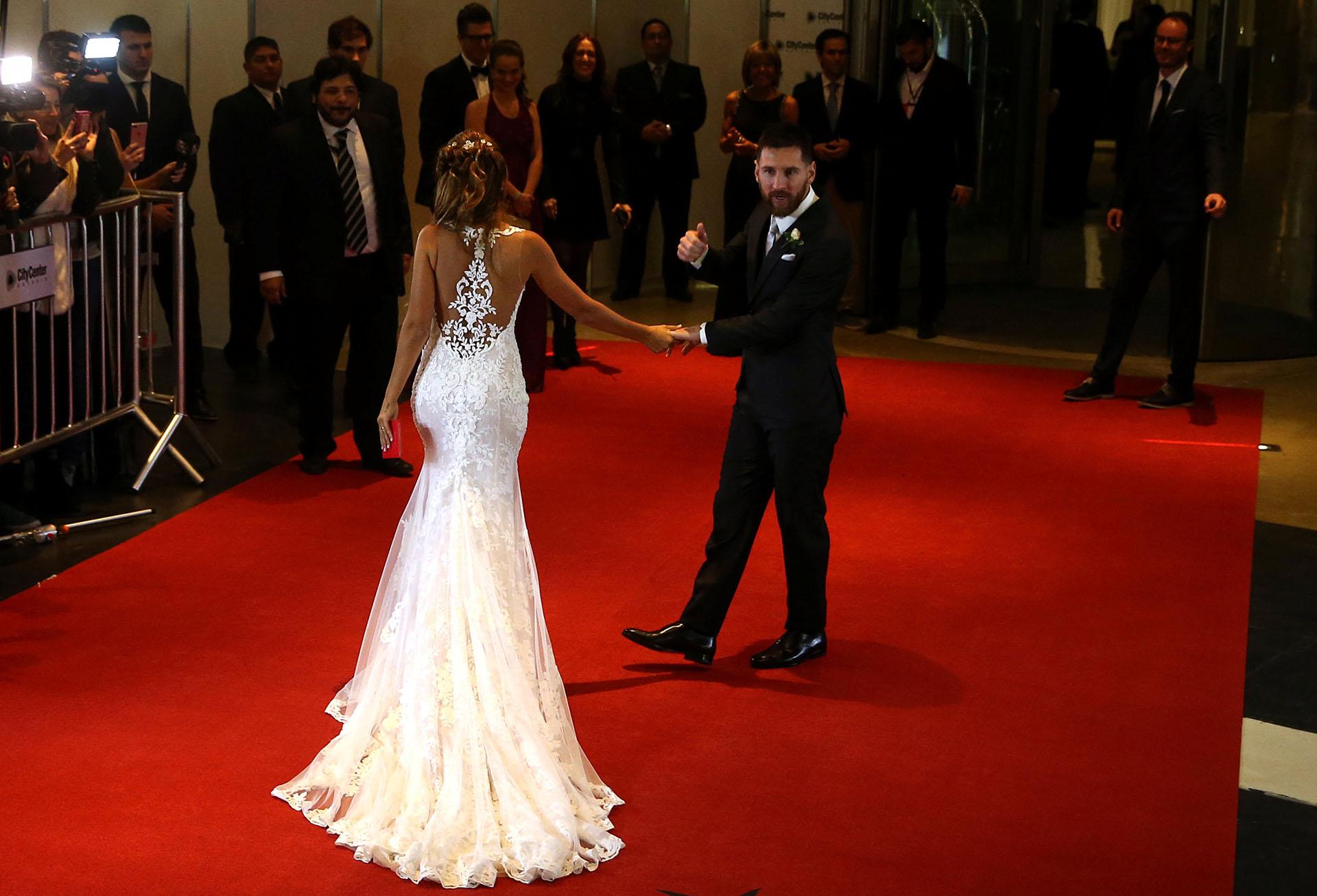 El vestido de la diseñadora española Rosa Clará causó sensación: marcaba las curvas de Antonela, en delicado encaje y con una cola de dos metros
