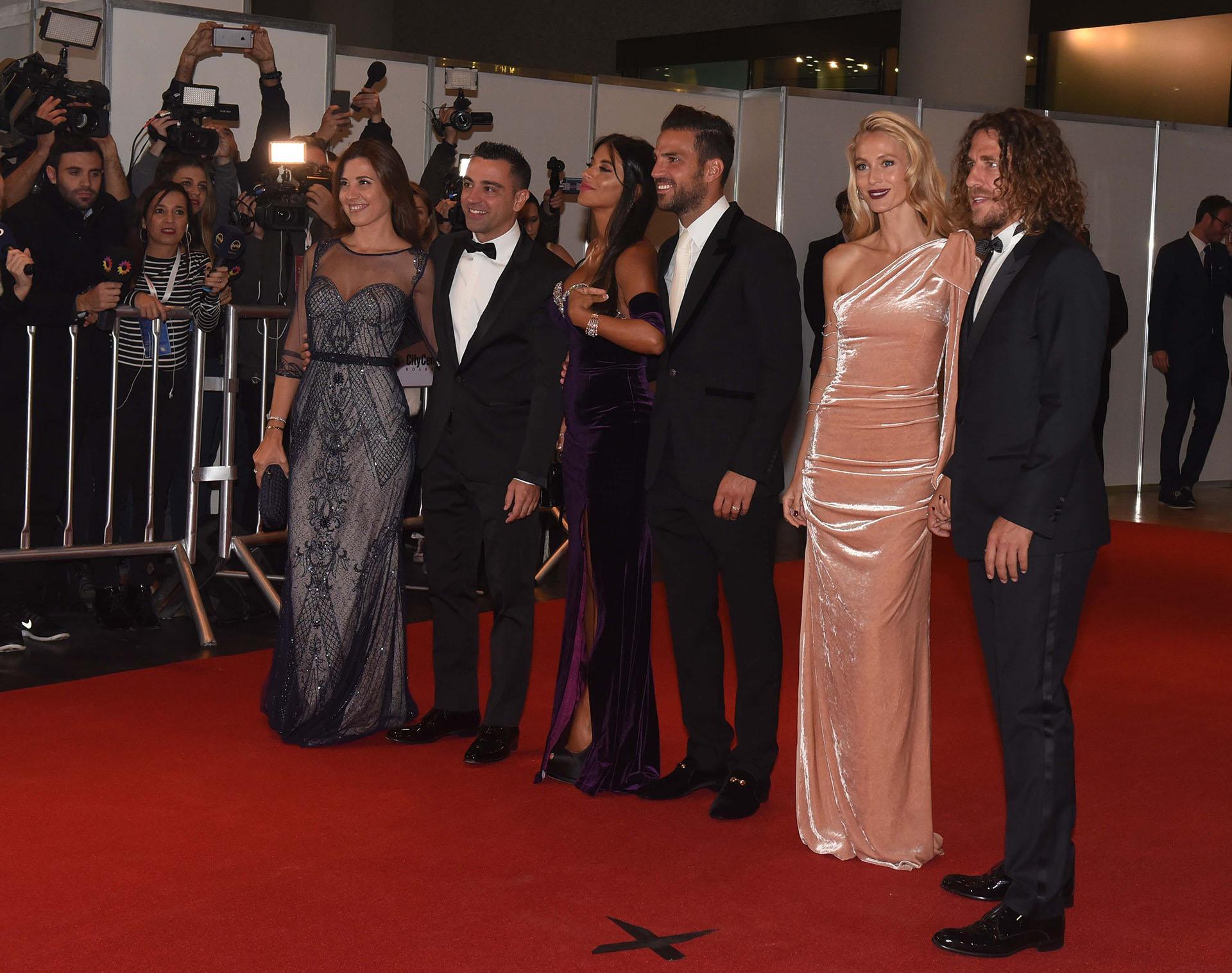 Xavi Hernández y su mujer Nuria Cunillera, Cesc Fábregas y Daniella Semaan y Carles Puyol y Vanesa Lorenzo, super amigos de Lionel