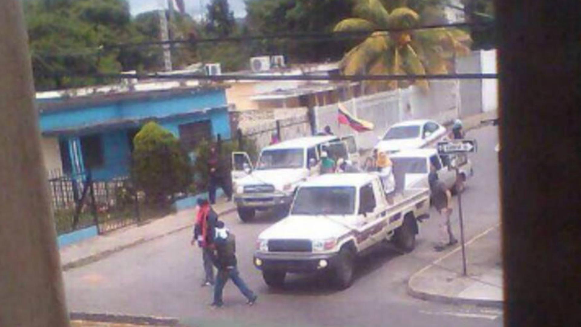 Los colectivos chavistas irrumpieron en distintas casas y los saquearon.