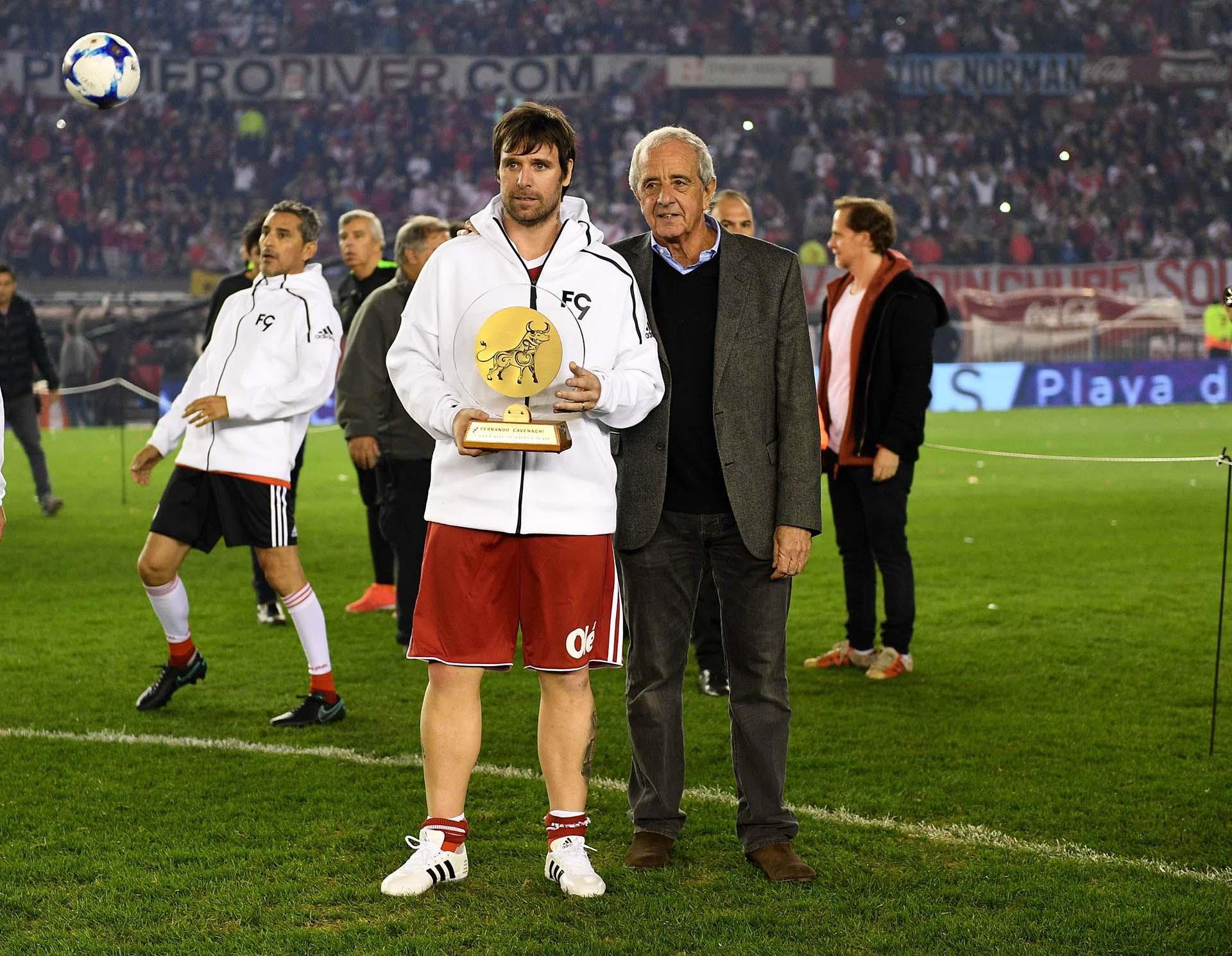 Cavenaghi junto al presidente de River, Rodolfo D'Onofrio