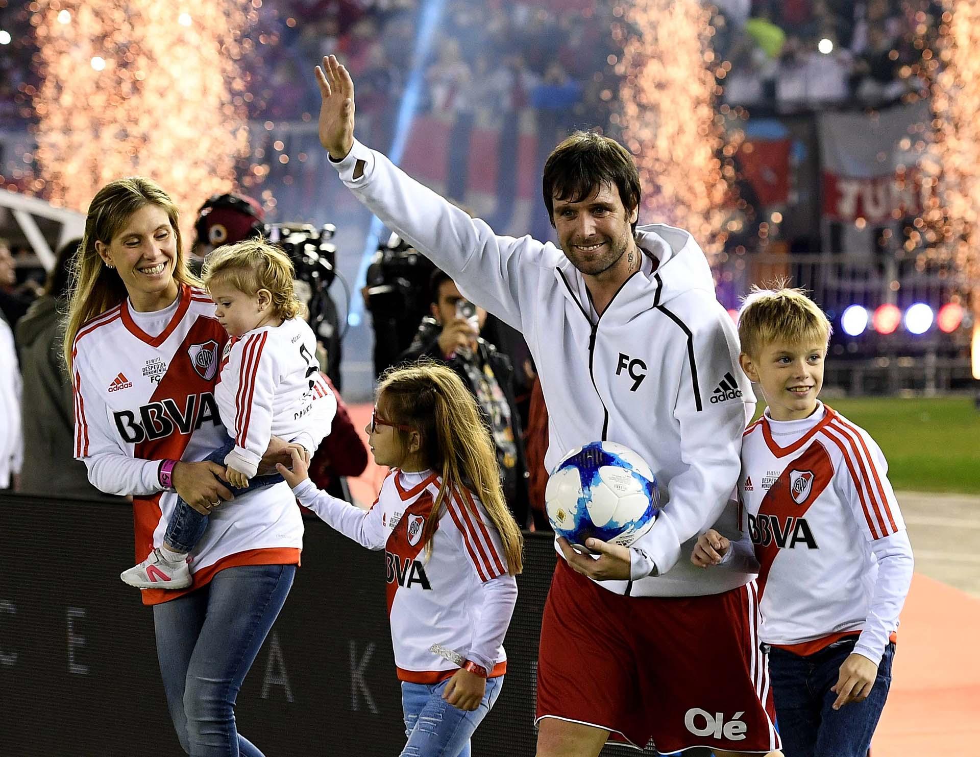 El ex futbolista salió al campo de juego junto a su esposa y sus tres hijos