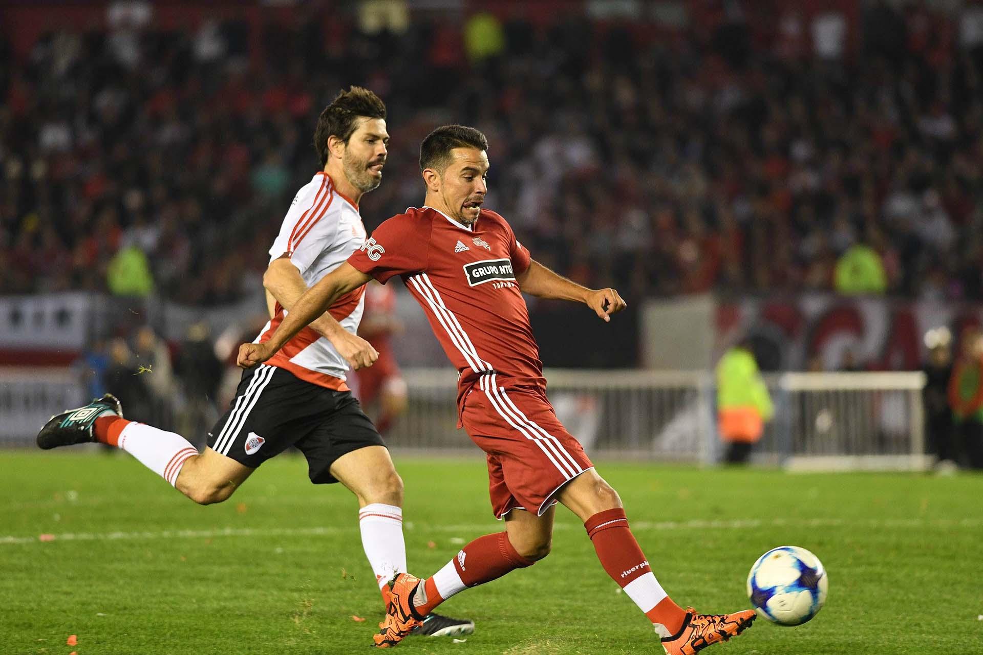 Javier Saviola se encamina rumbo al gol ante los esfuerzos de Ariel Garcé