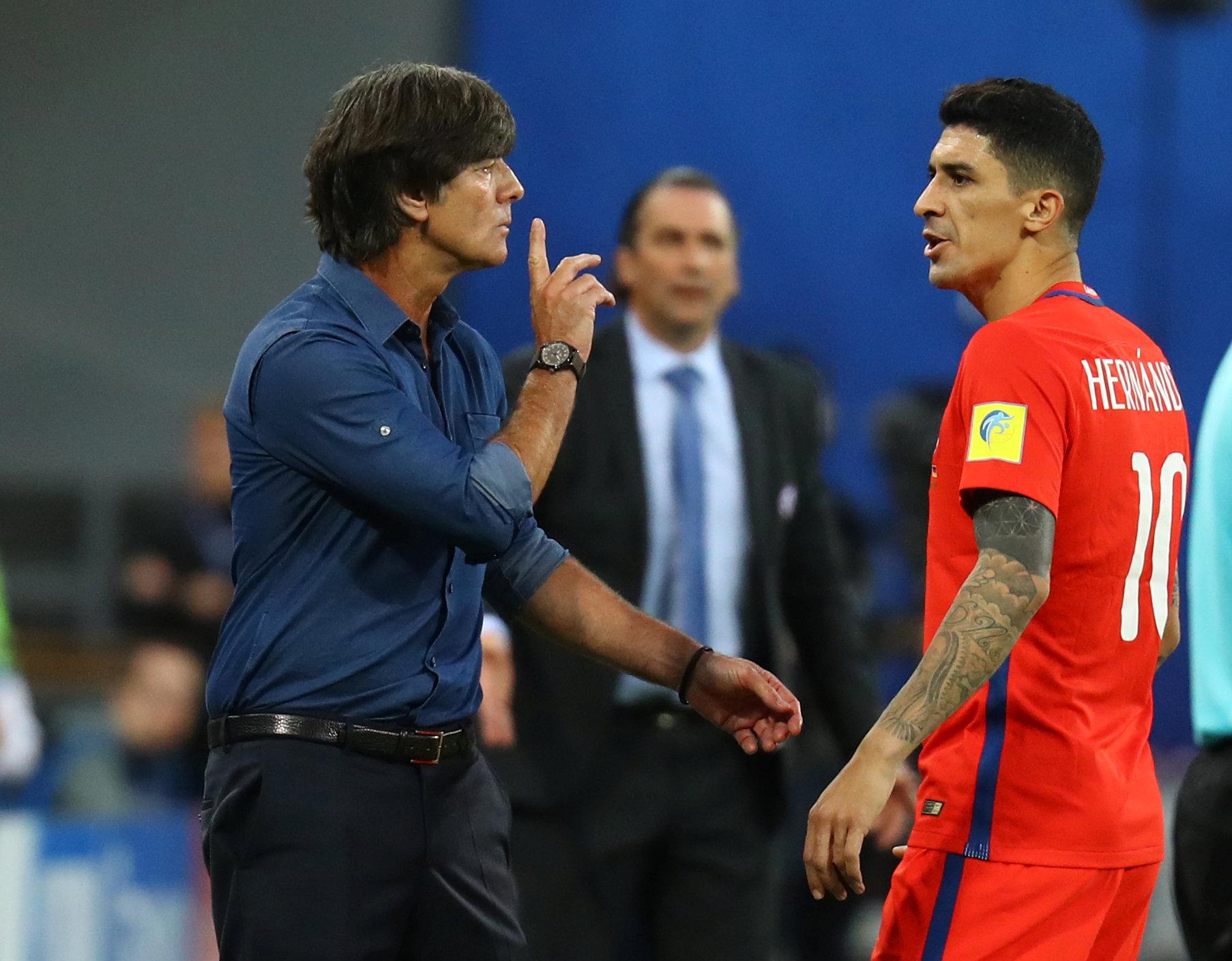 Un cruce entre el entrenador alemán Joachim Low y el chileno Pablo Hernandez (Reuters)