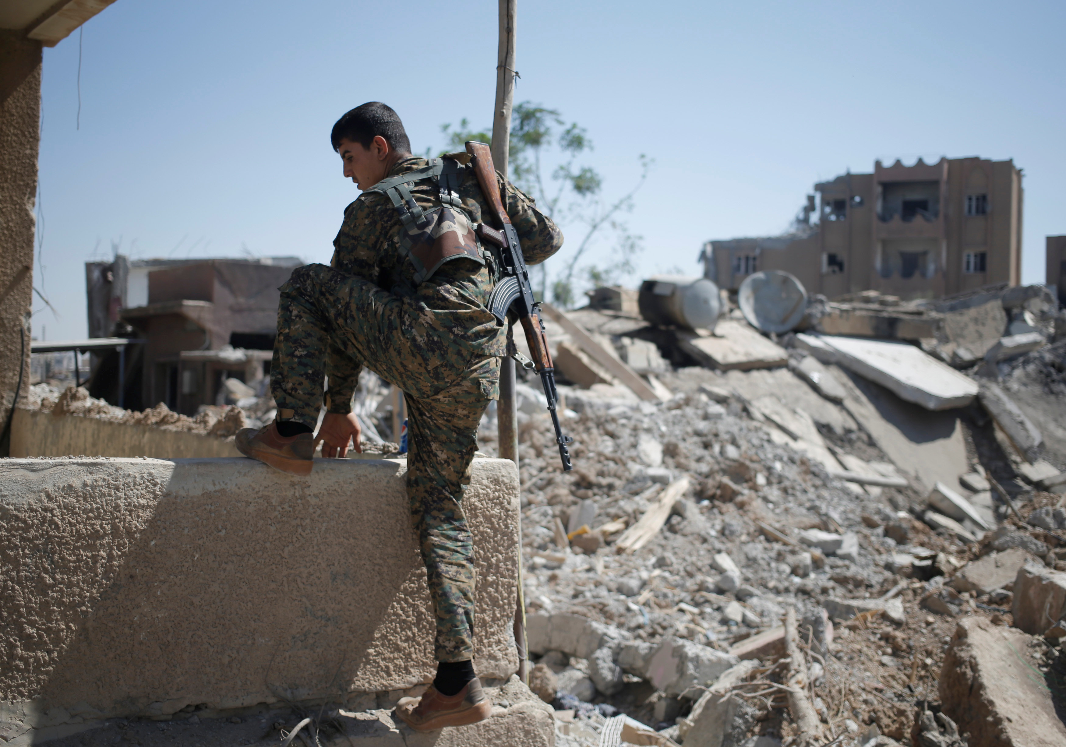 Un combatiente kurdo del YPG en Raqqa, Siria, ubicación clave de la guerra contra el Estado Islámico (Reuters)
