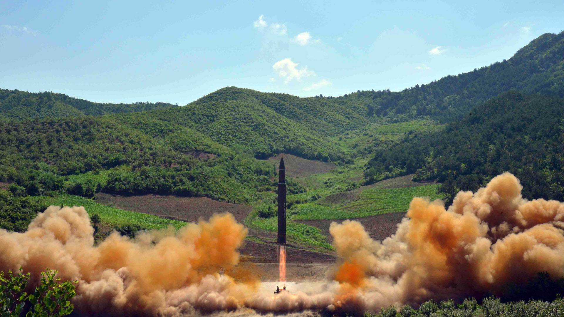 Según datos del régimen, el Hwasong-14 voló a 2.802 kilómetros de altura por una distancia de 933 kilómetros antes de caer en el Mar de Japón (Reuters/KCNA)