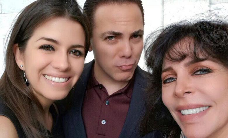 Cristian y Carol posaron con Verónica Castro. (Foto: Especial)