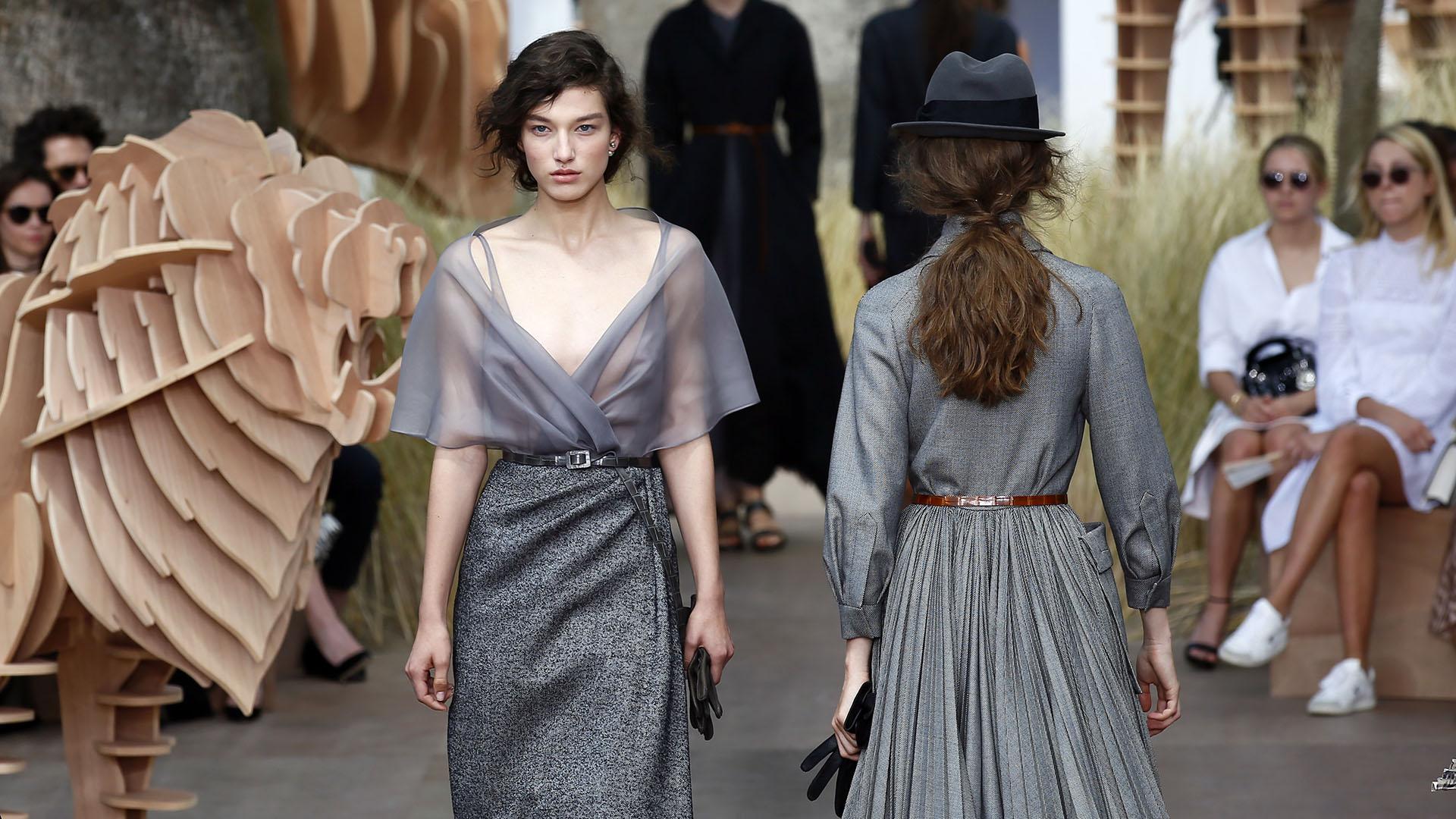 Sobre la pasarela predominaron los vestidos en gris melange como eje conductor de la propuesta (AP Photo/Francois Mori)