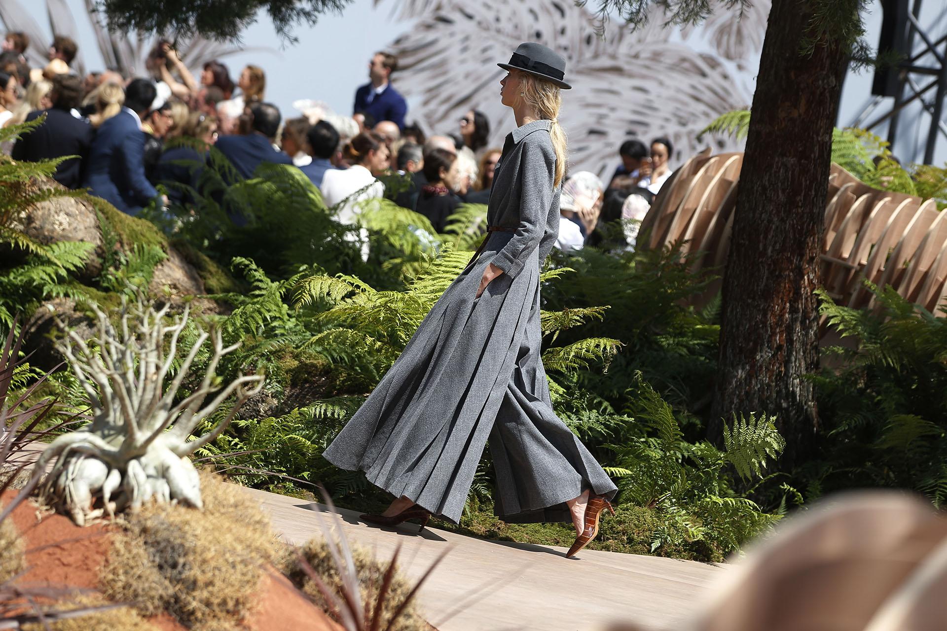 La diseñadora Maria Grazia Chiuri se inspiró los viajes de Christian Dior alrededor del mundo con piezas clásicas que fusionan la estética masculina y femenina (AP Photo/Thibault Camus)