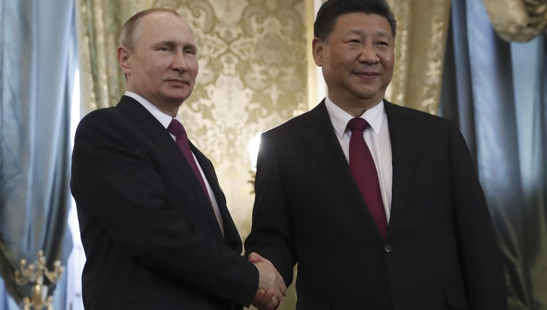 Vladimir Putin saluda a Xi Jinpingdurante una visita oficial en el Kremlin (REUTERS/Sergei Ilnitsky/Pool)