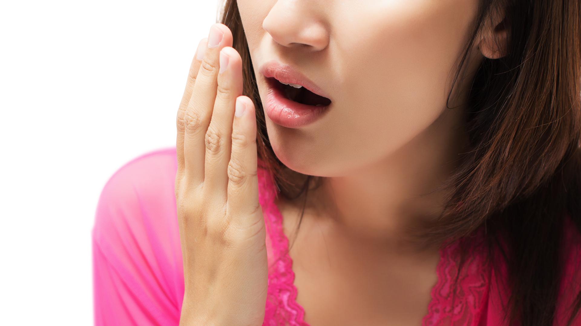 La halitosis, también conocida como mal aliento, se define como el conjunto de olores desagradables que se emiten por la boca (iStock)