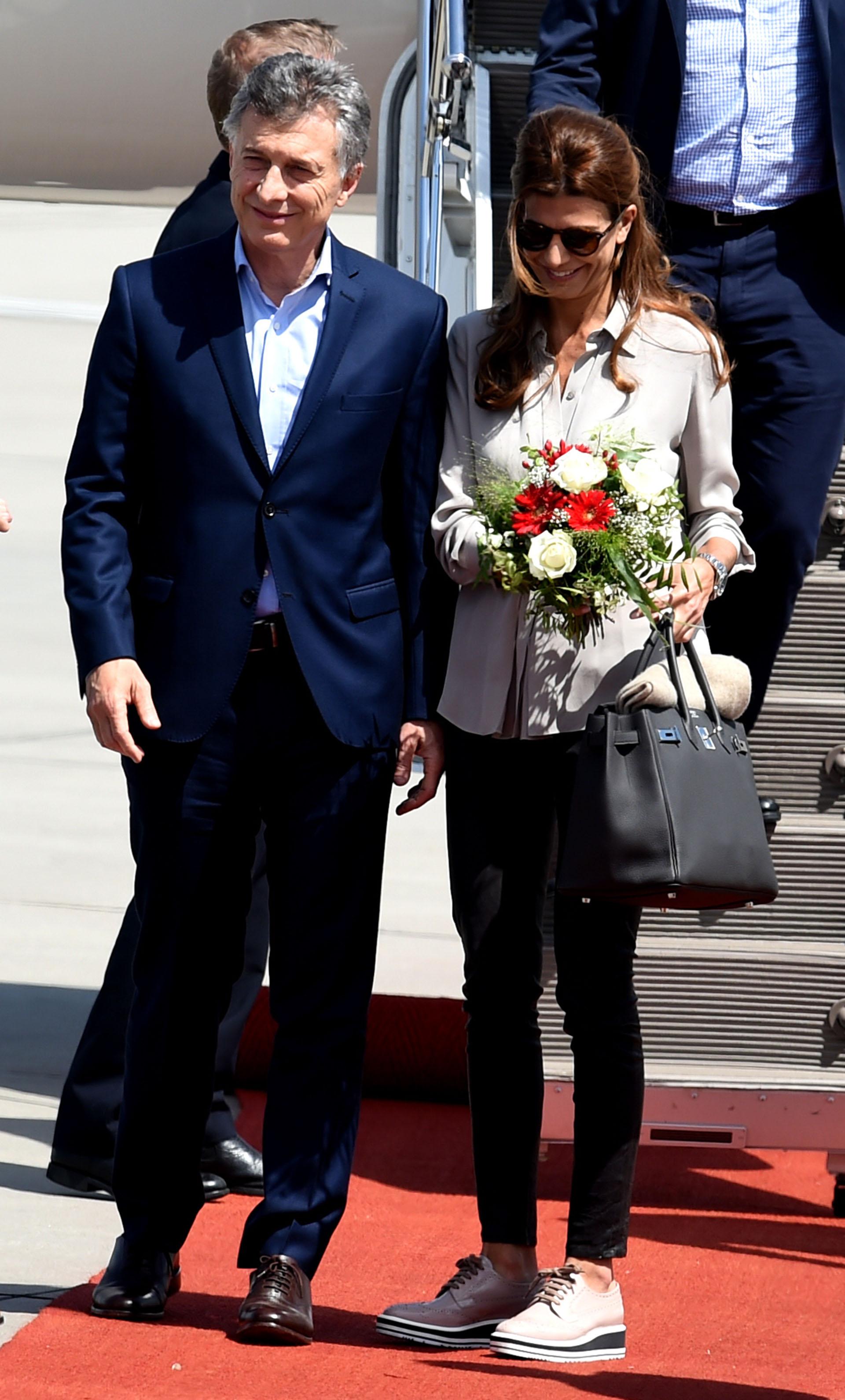Mauricio Macri y Juliana Awada, juntos al pie del avión que los llevó a Alemania