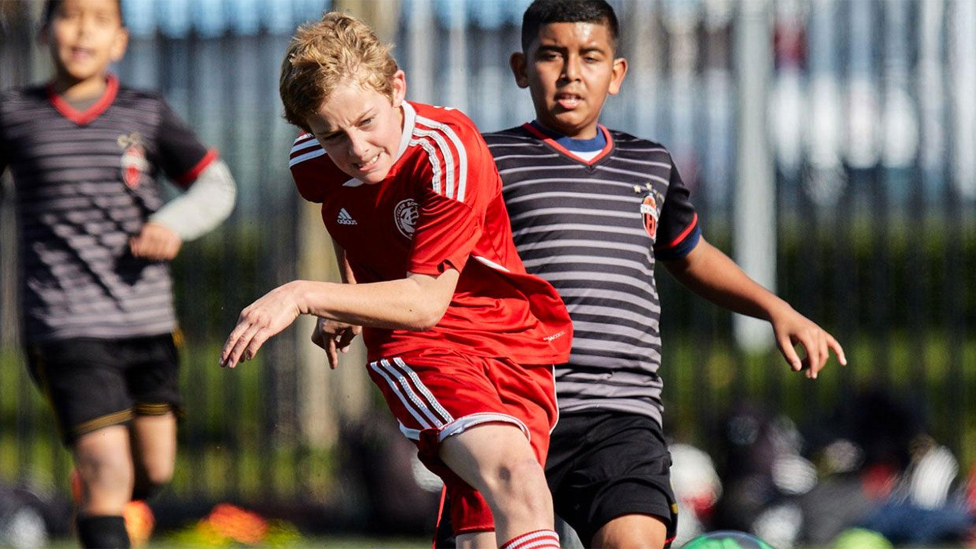 Los niños que practican soccer no suelen mirar fútbol