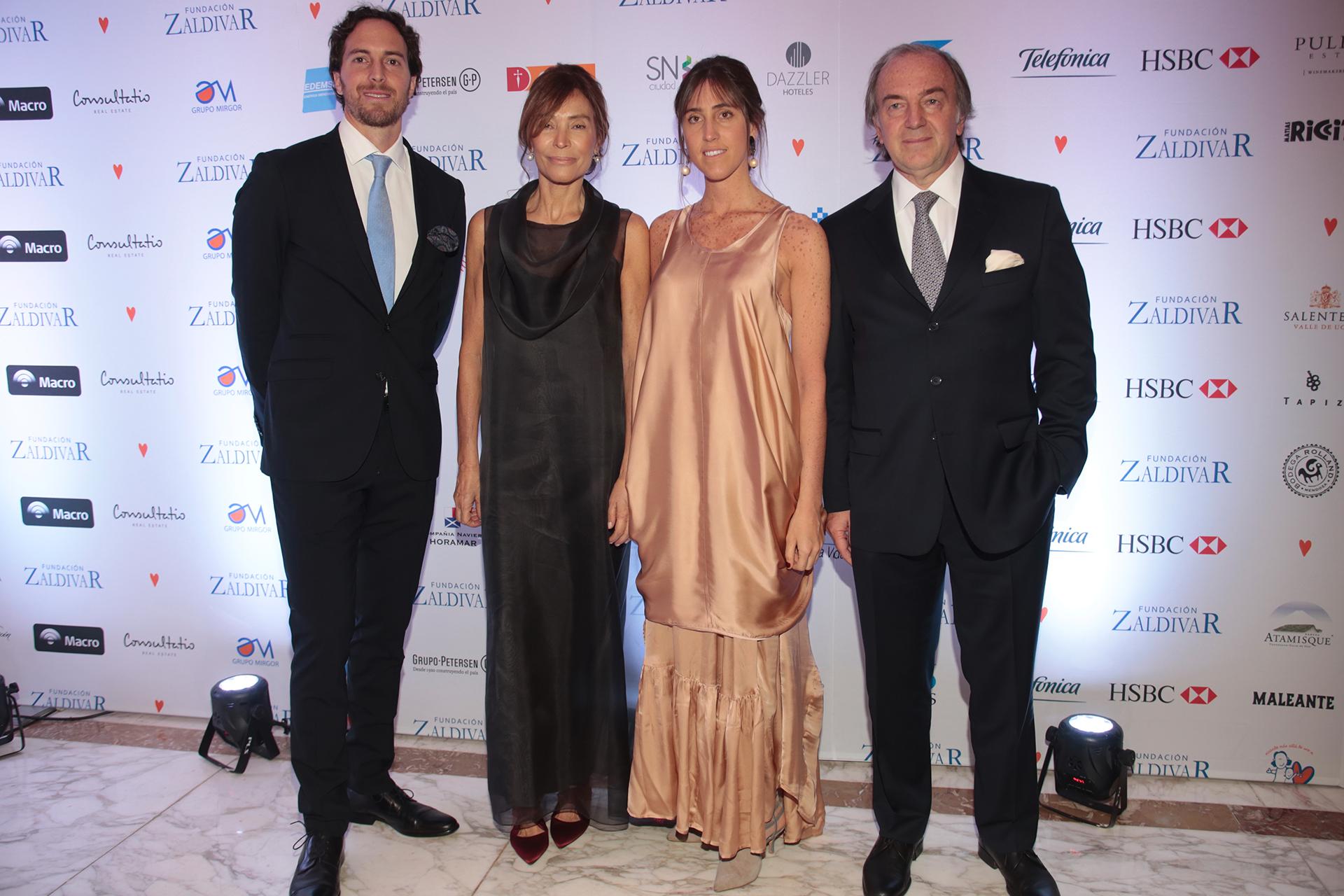 El prestigioso oftalmólogo Roberto Zaldivar (derecha) y su esposa Estela junto a sus hijos Mercedes y Roger Zaldivar, presidente de la Fundación, recibieron a los invitados a la gala, que se llevó a cabo en el Alvear Palace Hotel