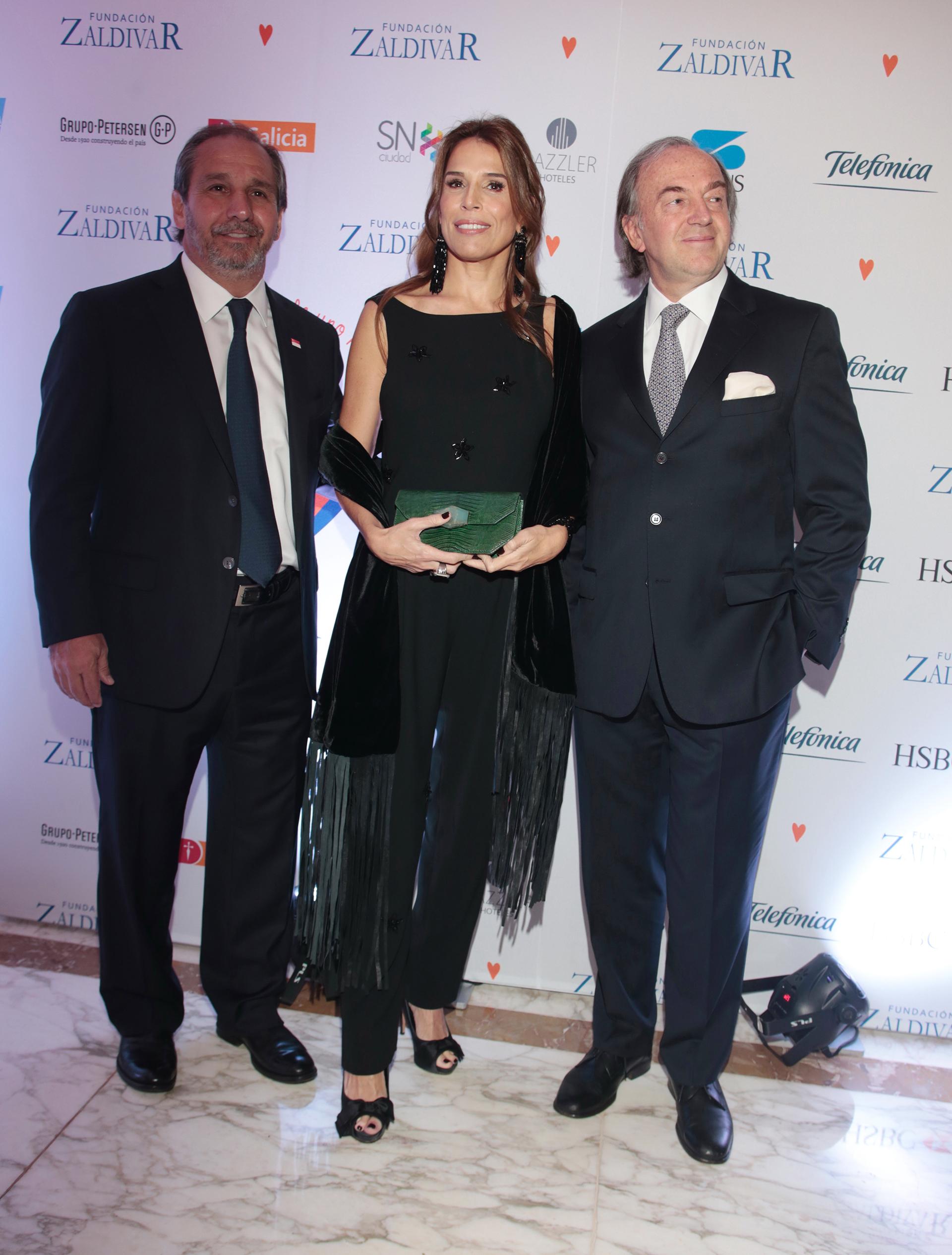 Nicolás y Agustina Caputo junto a Roberto Zaldivar